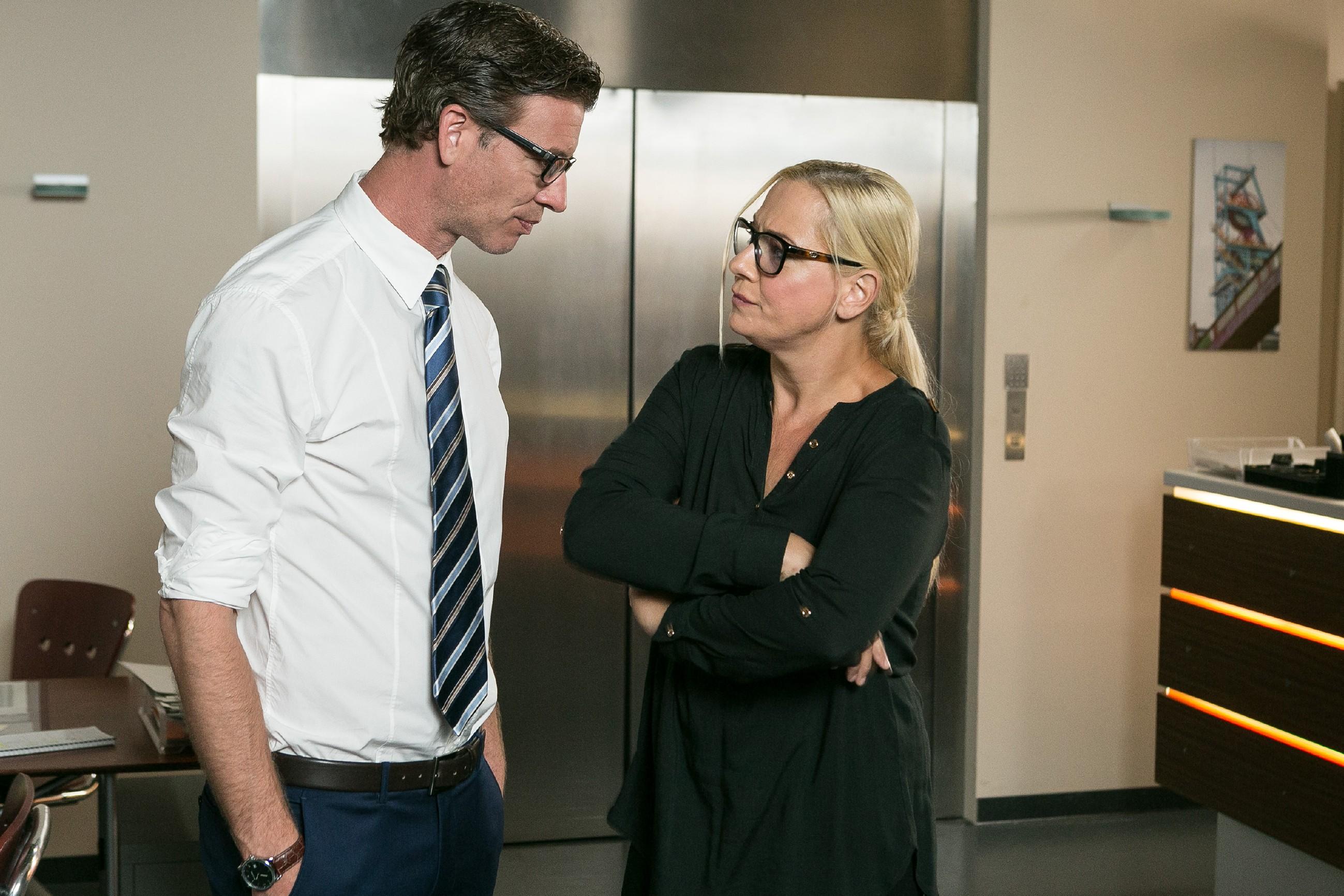 Nach Richards Verschwinden wird Christoph (Lars Korten) von Kommissarin Koch (Mareike Eisenstein) in die Mangel genommen, doch er hält dem Druck stand... (Quelle:RTL / Kai Schulz)