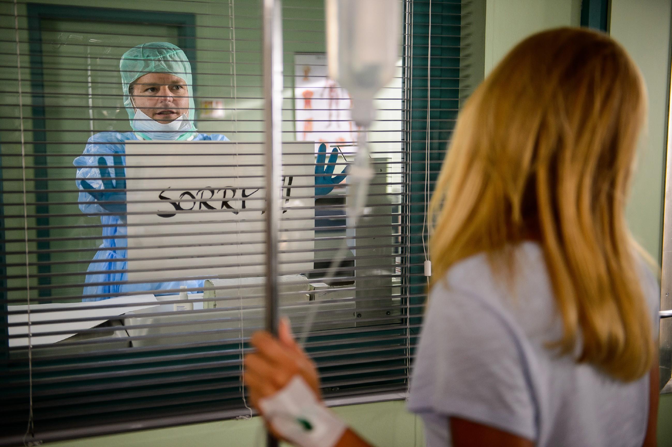 Diana (Tanja Szewczenko) erfährt von Thomas (Daniel Brockhaus), wie ernst der Virus ist, mit dem sie sich infiziert hat. (Quelle:RTL / Willi Weber)