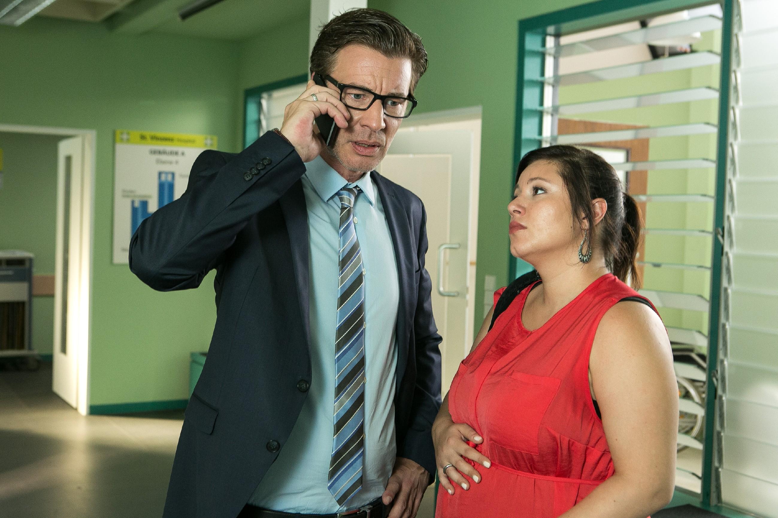Vanessa (Julia Augustin) berichtet Christoph (Lars Korten) erleichtert, dass ihr Kind gute Chancen auf ein ganz normales Leben hat - doch die Sorgen werden wegen Simone und Leo nicht weniger... (Quelle:RTL / Kai Schulz)
