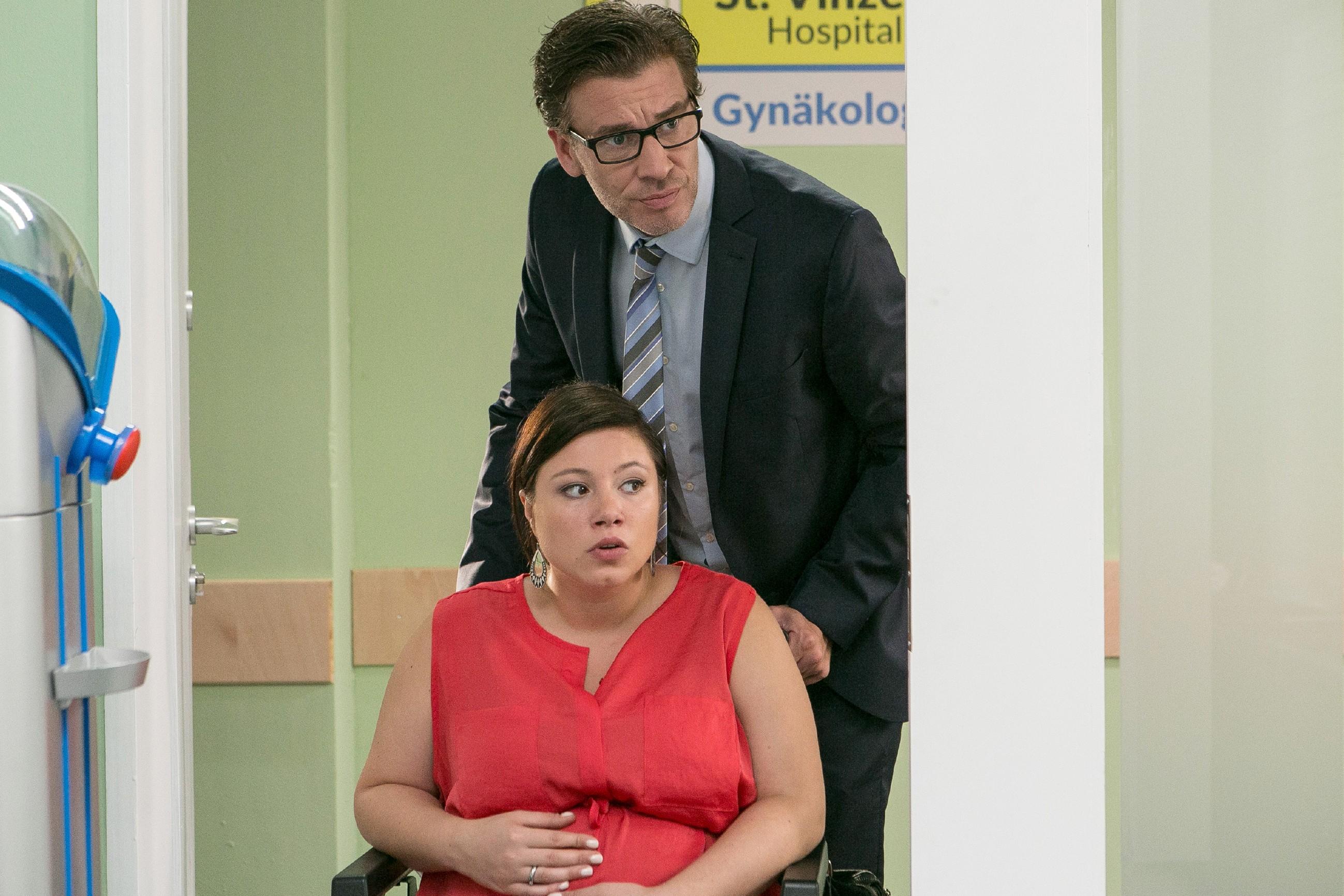 Vanessa (Julia Augustin) und Christoph (Lars Korten) sehen der Pränatal-Untersuchung angespannt entgegen. (Quelle:RTL / Kai Schulz)