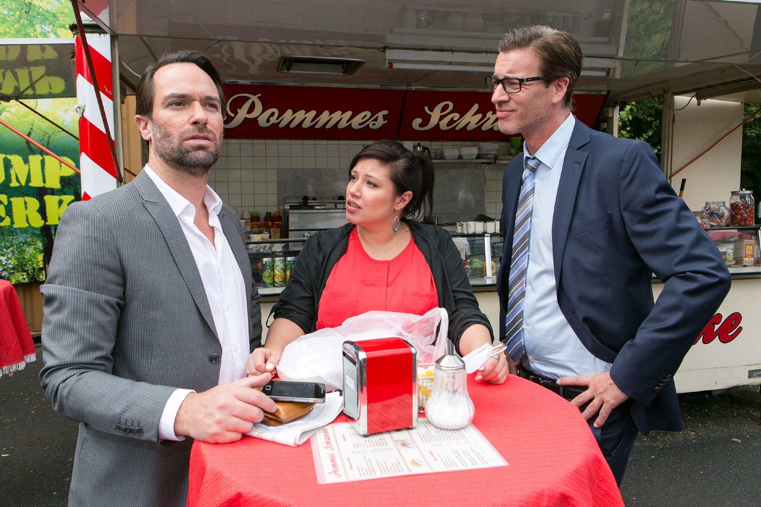 Als Thomas (Daniel Brockhaus, l.) neue Hiobsbotschaften zum Thema Leo bekommt, setzt sich Vanessa (Julia Augustin) vor Christoph (Lars Korten) für Leo ein. (Quelle:RTL / Kai Schulz)