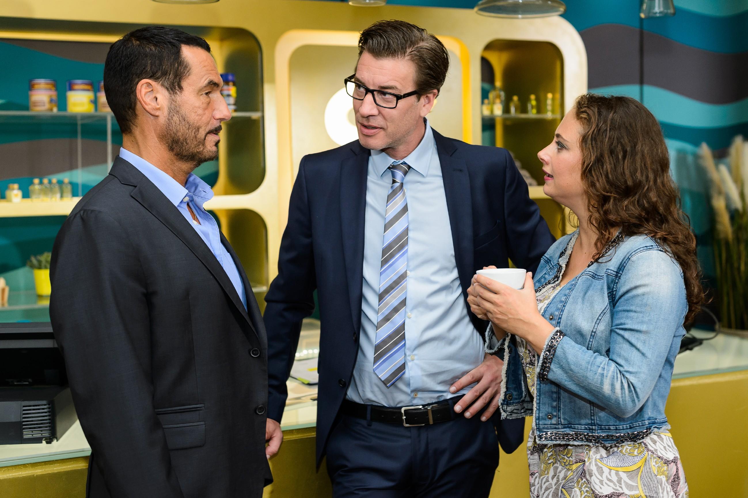 Richard (Silvan-Pierre Leirich, l.) verabschiedet sich von Christoph (Lars Korten) und Carmen (Heike Warmuth) und macht sich zur Abreise nach Russland bereit, um Simone zu retten. (Quelle:RTL / Kai Schulz)