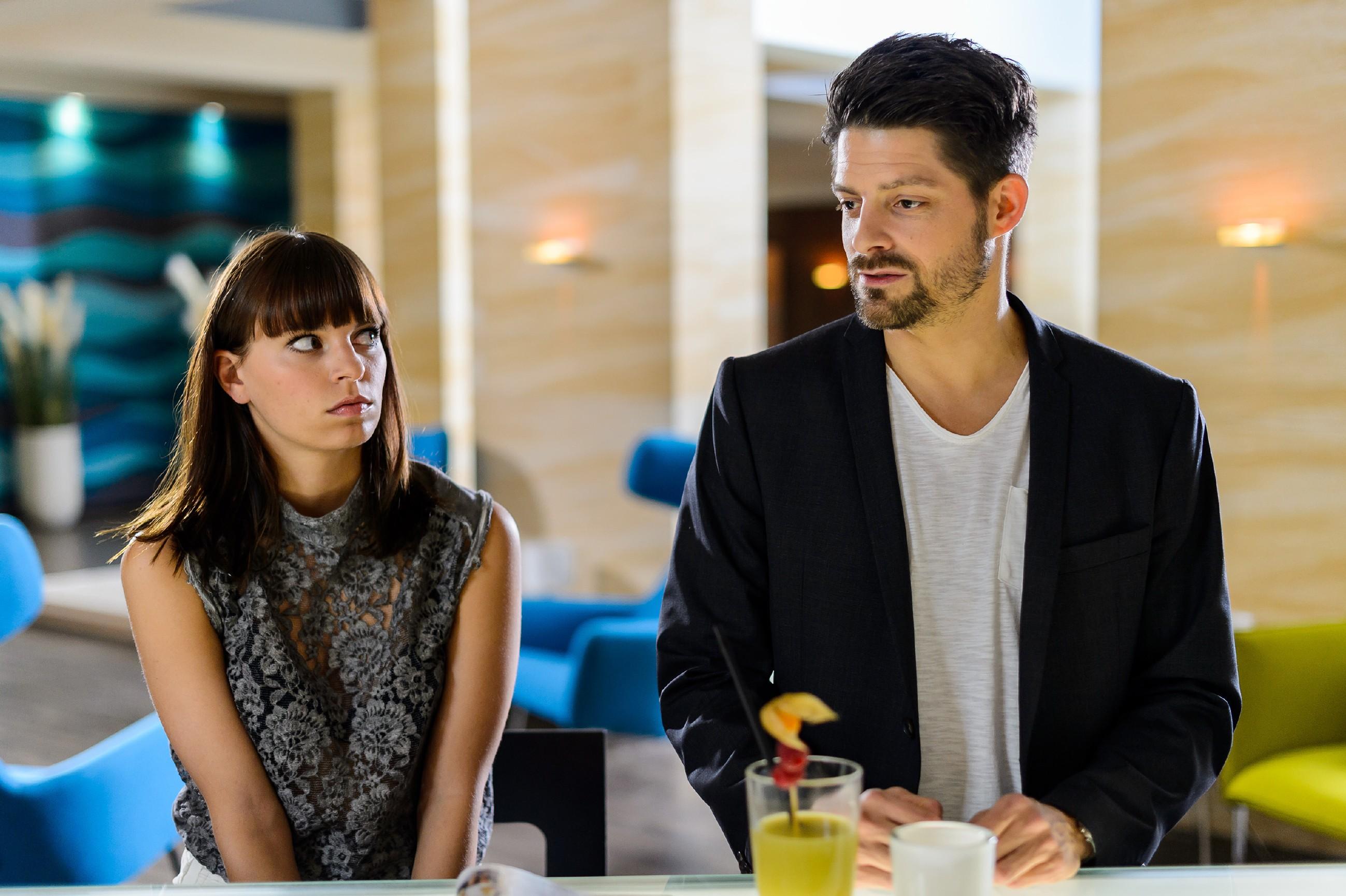 Michelle (Franziska Benz) beschließt trotz Carmens Bedenken, ihrem Vater Vincent (Daniel Buder) eine Chance zu geben. (Quelle:RTL / Willi Weber)