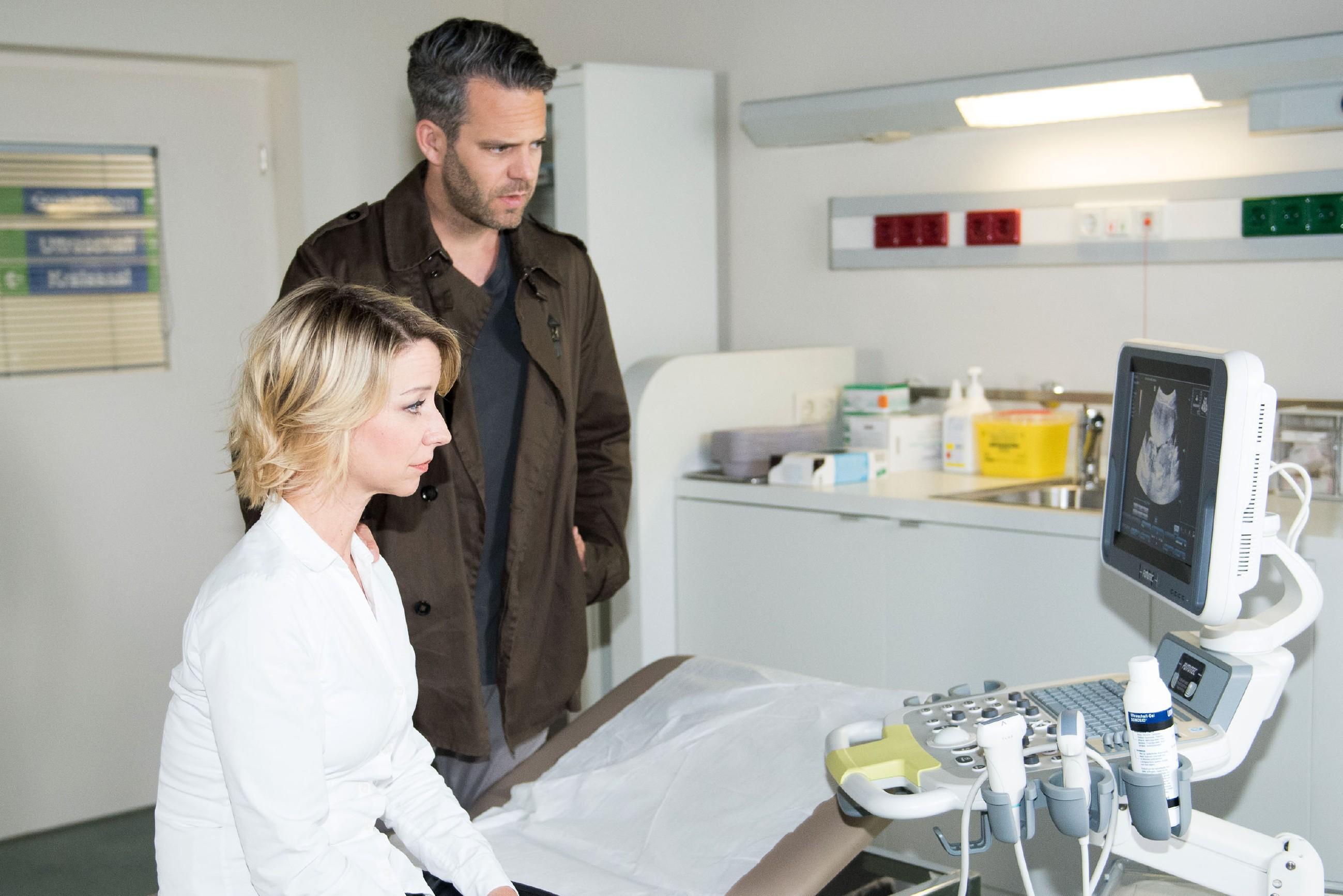 Till (Ben Ruedinger) ist berührt, als er Ute (Isabell Hertel) zu einem Vorsorgetermin begleitet und zum ersten Mal den Herzschlag seines Kindes hört. (Quelle: RTL / Stefan Behrens)