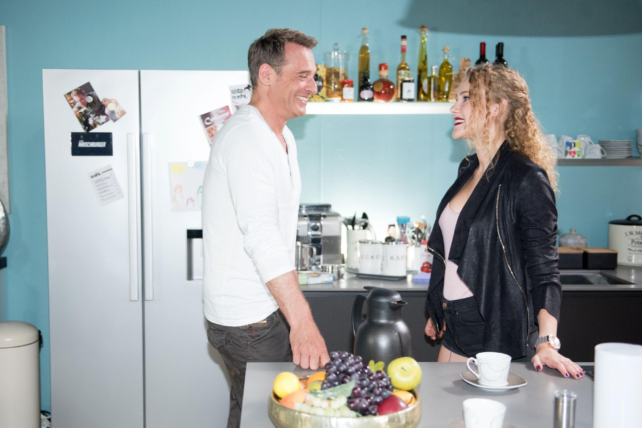 Rufus (Kai Noll) konnte Britta davon überzeugen, KayC (Pauline Angert) als Babysitterin einzusetzen - und die sieht in ihrem neuen Job zufrieden eine Chance aufs Rampenlicht. (Quelle: RTL / Stefan Behrens)