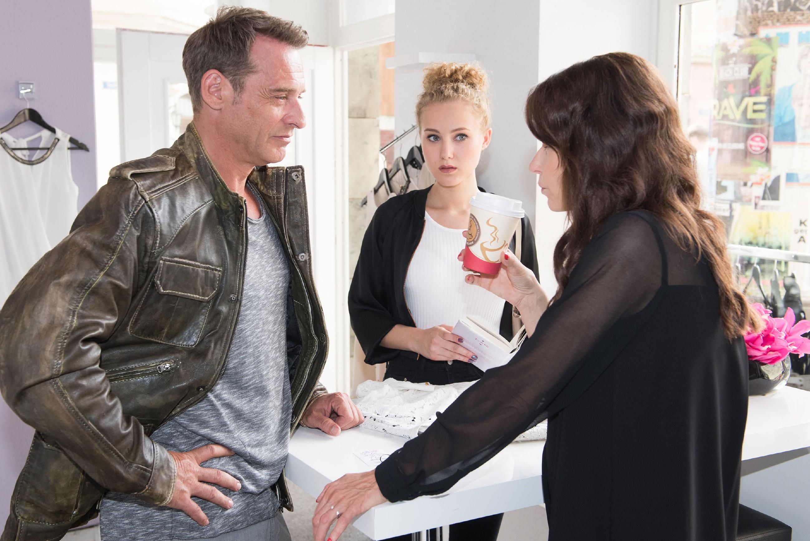 KayC (Pauline Angert, M.) wird interessiert klar, wie angesagt Rufus (Kai Noll) und Britta (Tabea Heynig) gerade sind. (Quelle: RTL / Stefan Behrens)