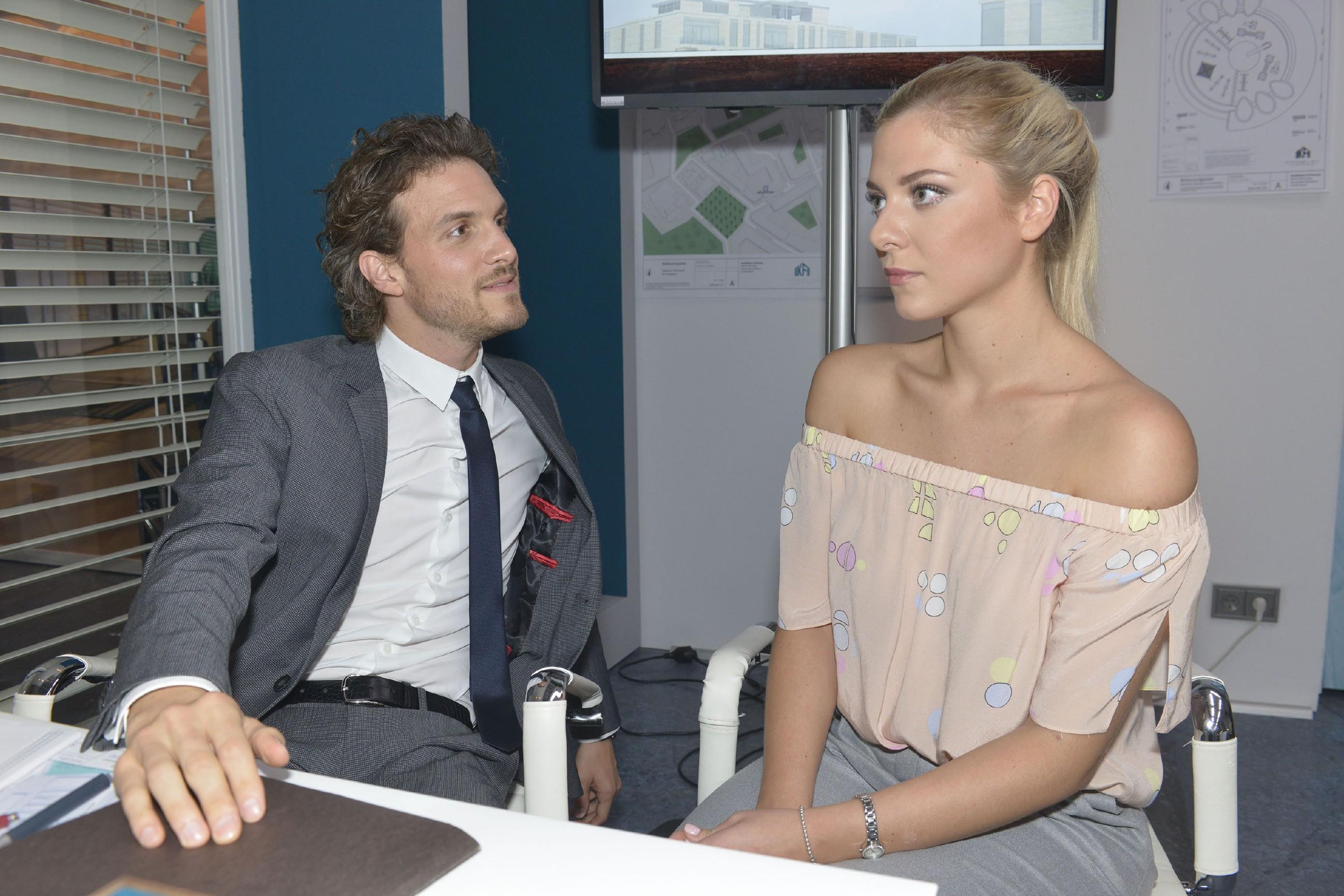 Sunny (Valentina Pahde) erfährt von Felix (Thaddäus Meilinger), wie feindselig Chris sich ihm gegenüber verhält. (Quelle: RTL / Rolf Baumgartner)