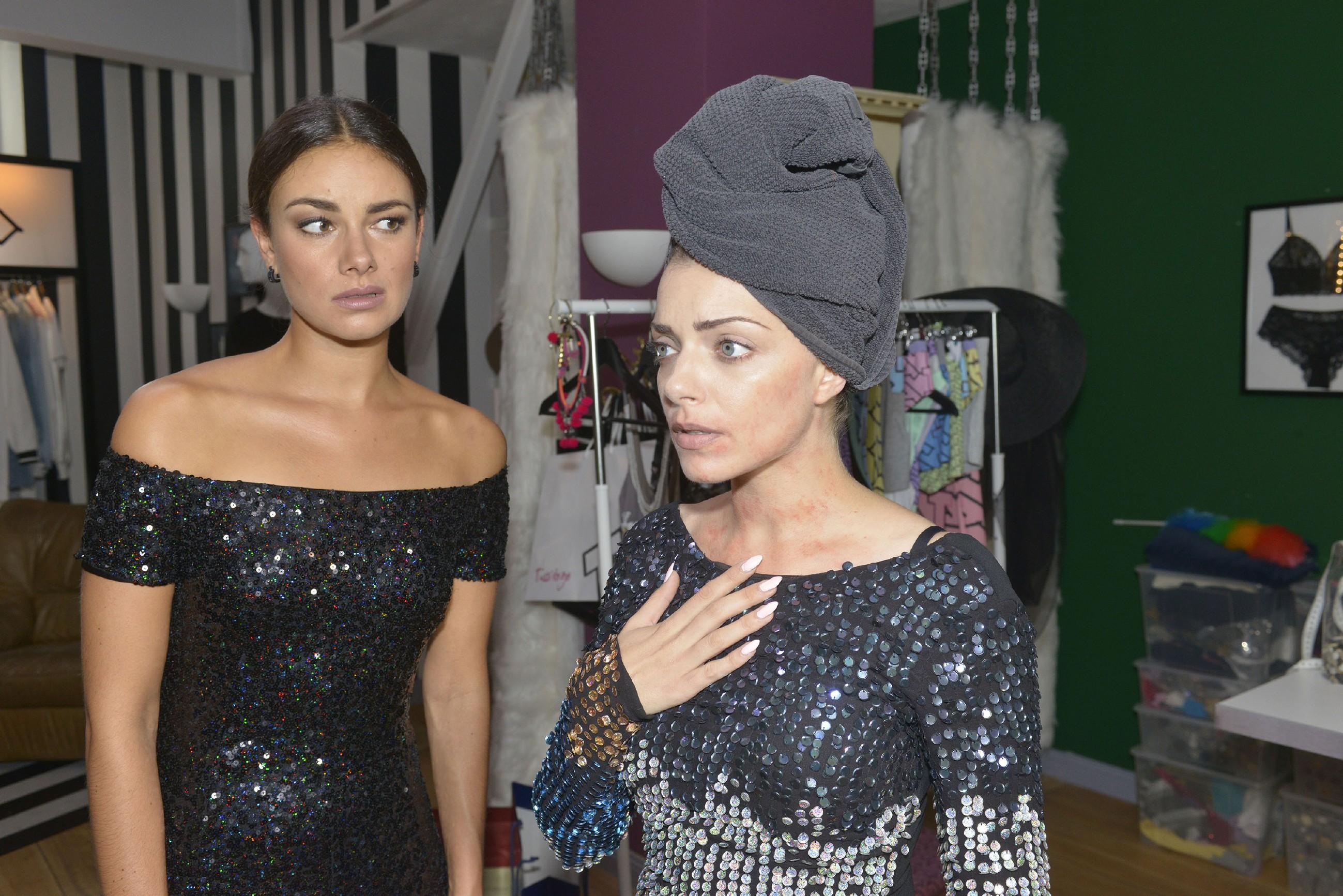 Jasmin (Janina Uhse, l.) und Emily (Anne Menden) freuen sich auf die Verleihung des Fashion-Awards, doch als Emily aufgrund einer Allergie eine Hautreaktion im Gesicht zeigt, scheint der Abend für Emily gelaufen zu sein... (Quelle: RTL / Rolf Baumgartner)