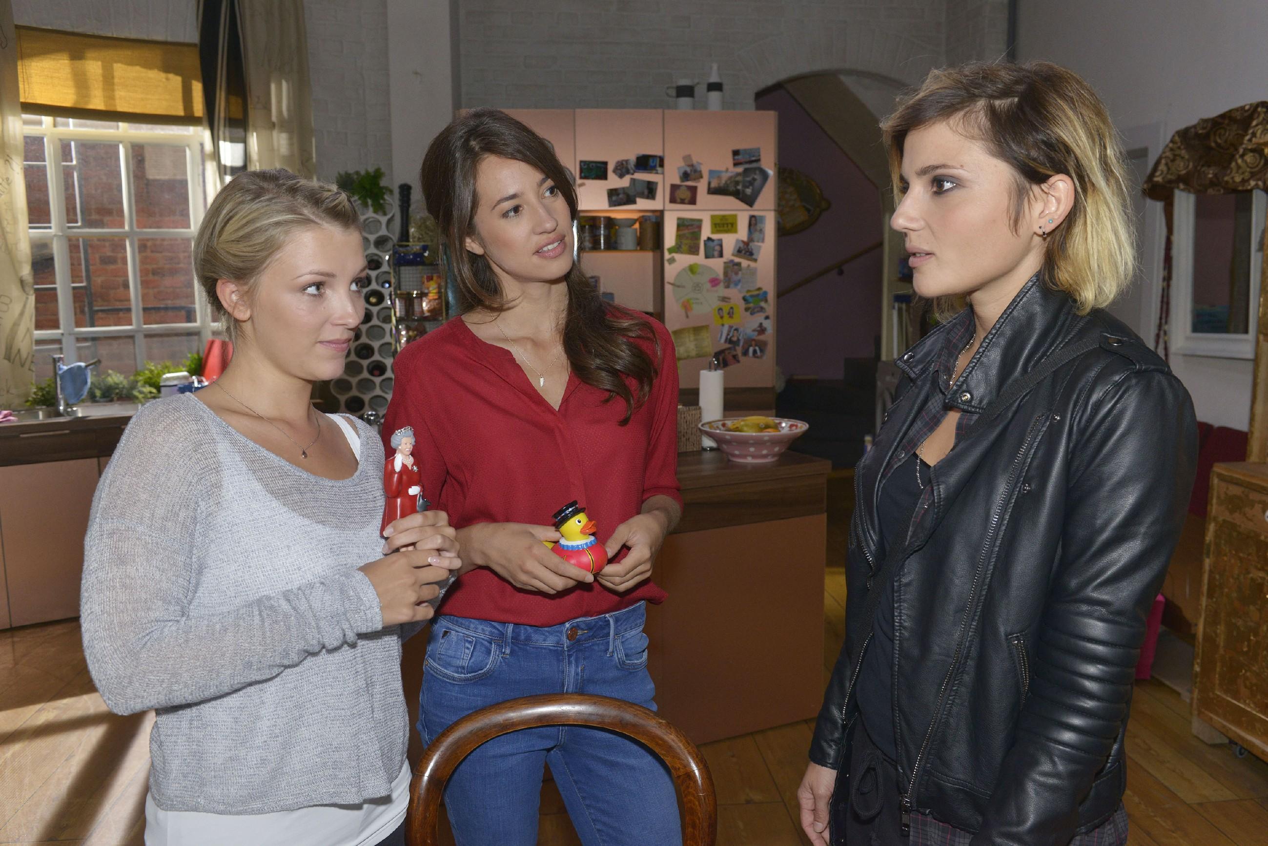 Anni (Linda Marlen Runge, r.) bestreitet vor Lilly (Iris Mareike Steen, l.) und Elena (Elena Garcia Gerlach), sich in Rosa verliebt zu haben. (Quelle: RTL / Rolf Baumgartner)