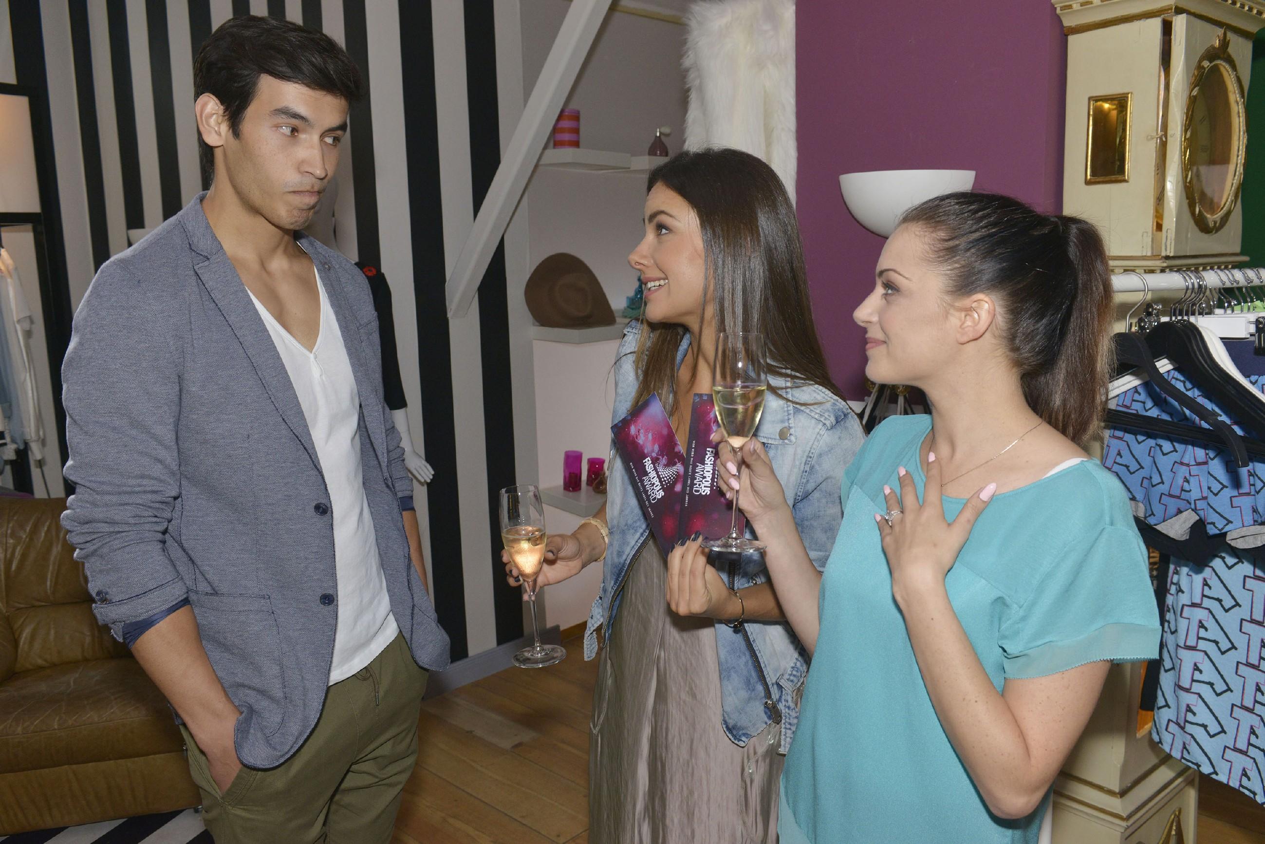 Jasmin (Janina Uhse, M.) und Emily (Anne Menden) erklären Model Milo (Iskander Madjitov), dass sie den Fashion-Award gewinnen wollen. (Quelle: RTL / Rolf Baumgartner)