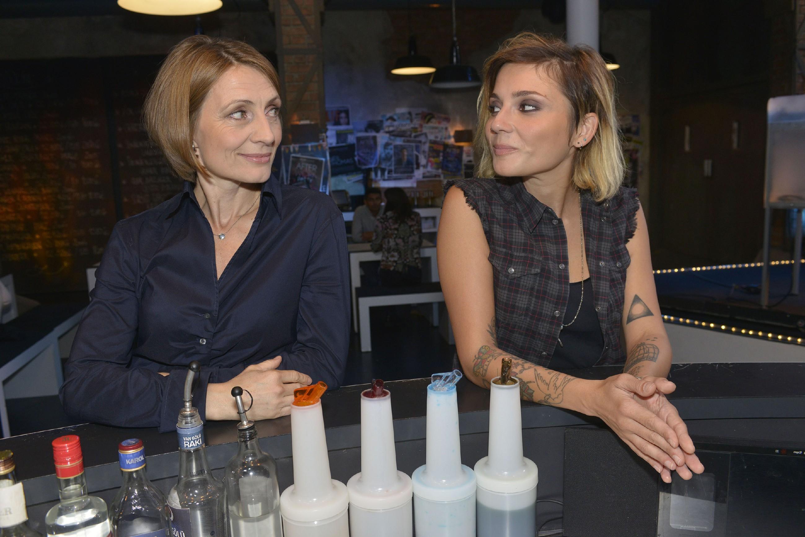 Anni (Linda Marlen Runge, r.) kann ihre Begierde für Rosa (Joana Schümer) nicht unterdrücken. (Quelle: RTL / Rolf Baumgartner)