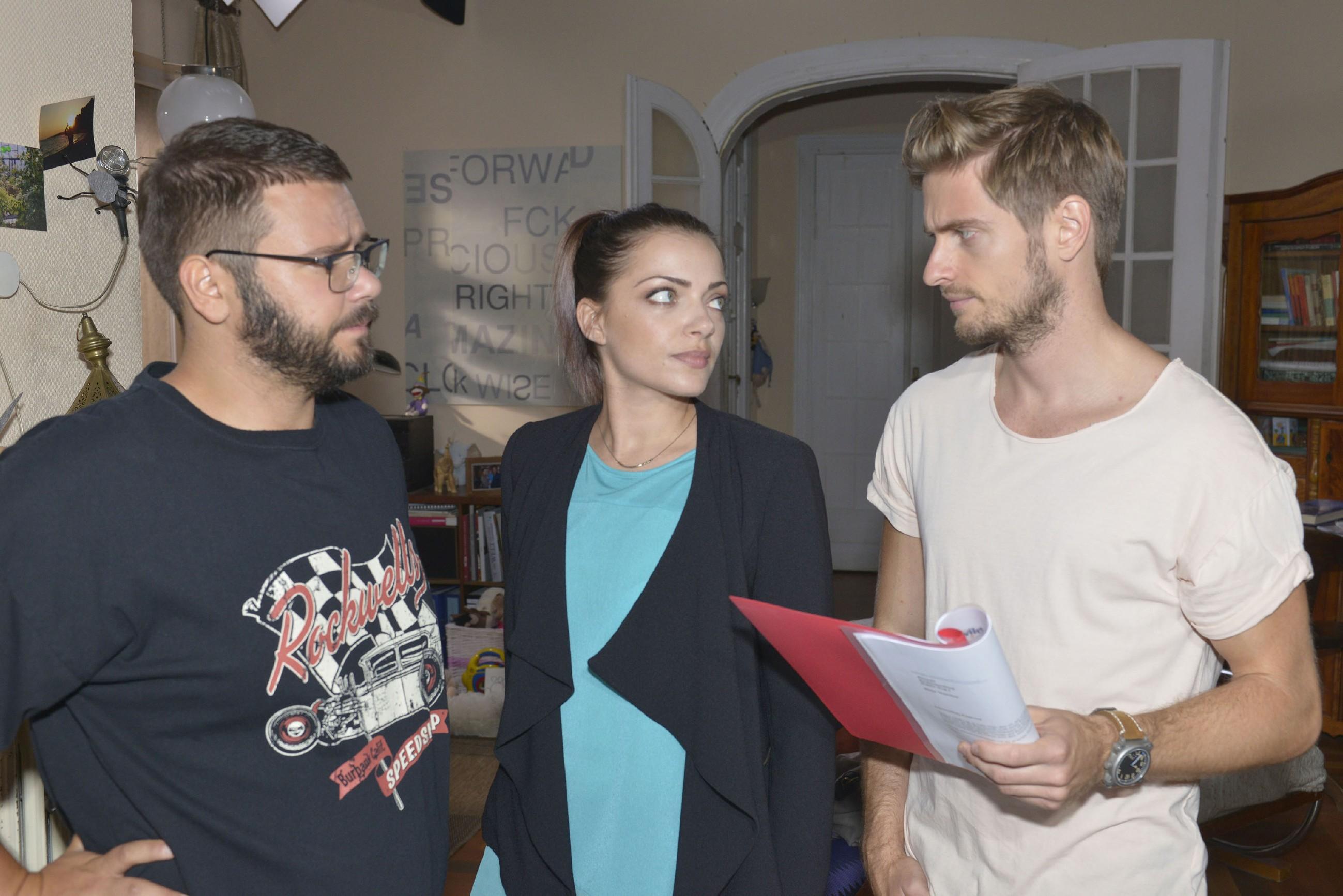 Tuner (Thomas Drechsel, l.) und Emily (Anne Menden) wollen Philip (Jörn Schlönvoigt) helfen, dem Betrüger, der Philips Identität missbraucht, auf die Spur zu kommen. (Quelle: RTL / Rolf Baumgartner)