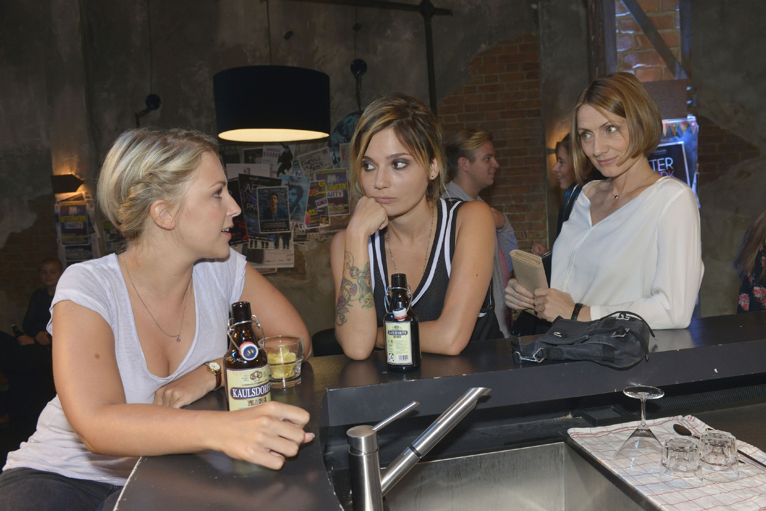 Lilly (Iris Mareike Steen, l.) beschleicht das Gefühl, dass Rosa (Joana Schümer, r.) Anni (Linda Marlen Runge) doch nicht so ganz egal ist... (Quelle: RTL / Rolf Baumgartner)