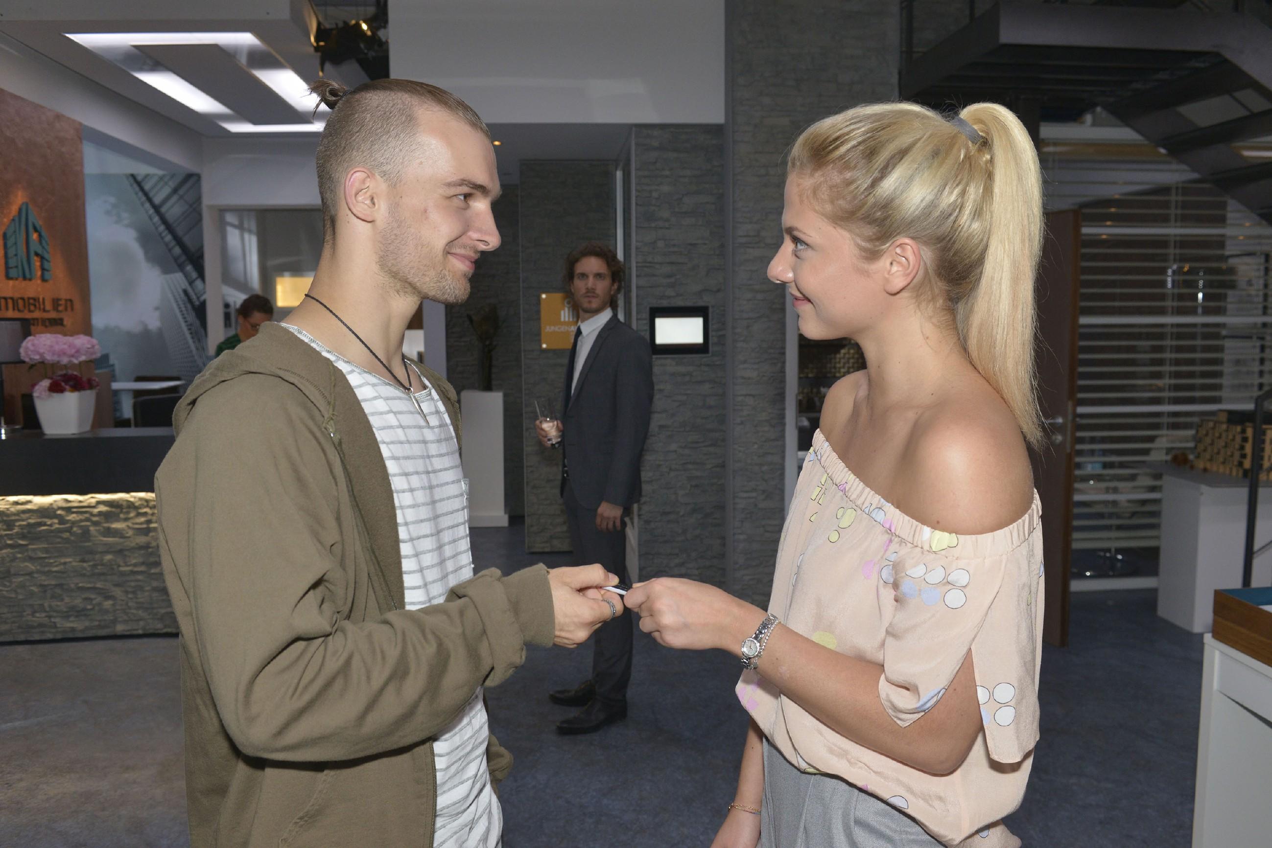 Felix (Thaddäus Meilinger, hinten) ist die Nähe zwischen Chris (Eric Stehfest) und Sunny (Valentina Pahde) ein Dorn im Auge... (Quelle: RTL / Rolf Baumgartner)
