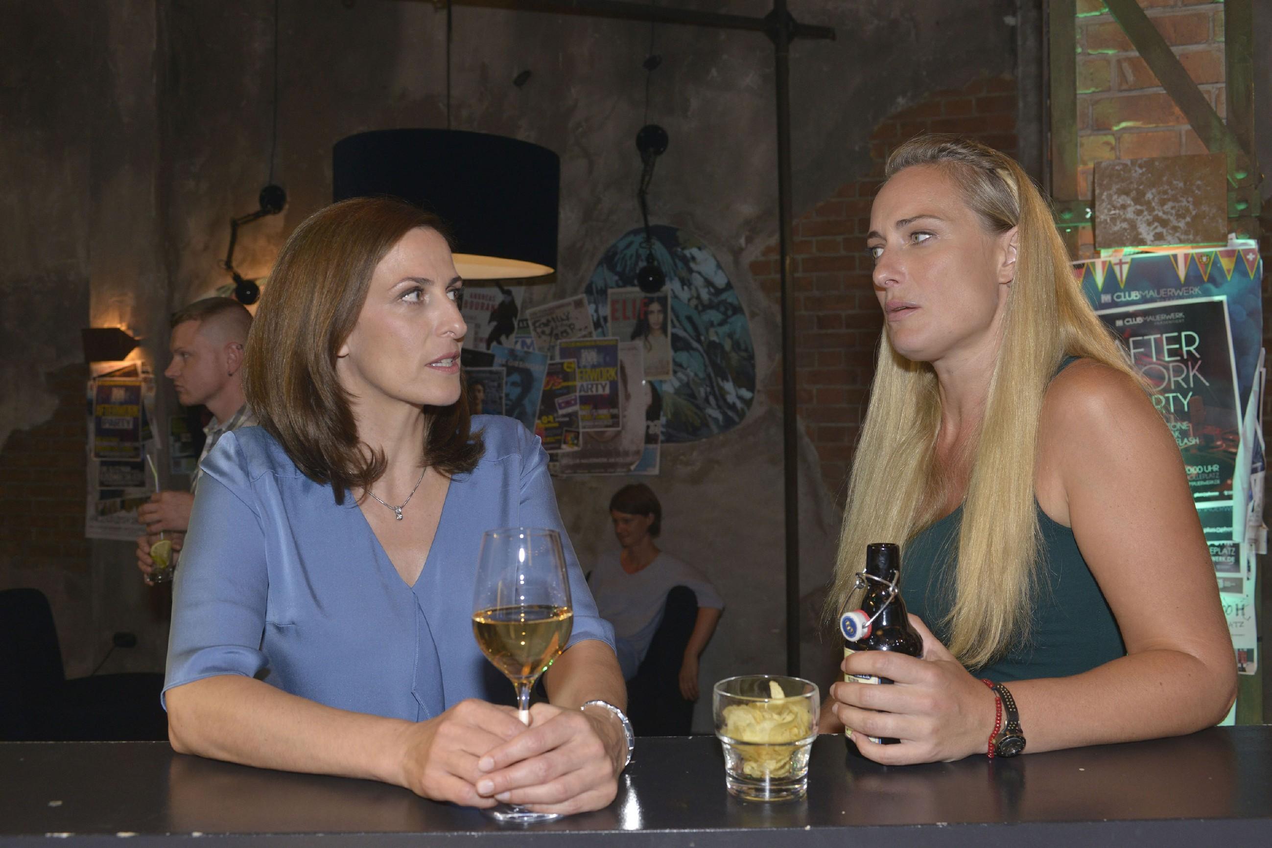 Katrin (Ulrike Frank, l.) ist von Marens (Eva Mona Rodekirchen) Anspielungen bezüglich Bommel genervt. (Quelle: RTL / Rolf Baumgartner)