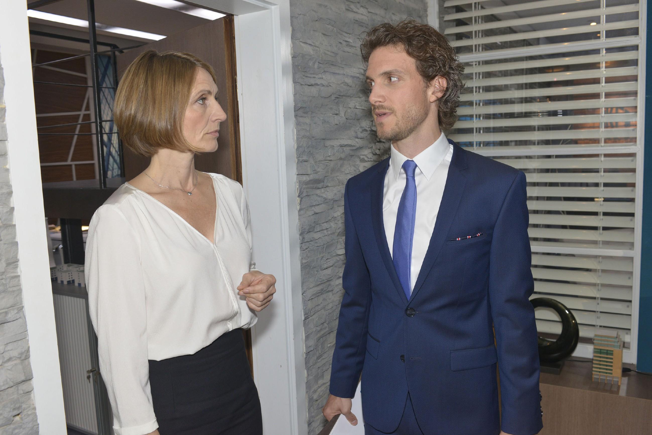 Felix (Thaddäus Meilinger) verteidigt vor Rosa (Joana Schümer) seine Pläne. (Quelle: RTL / Rolf Baumgartner)