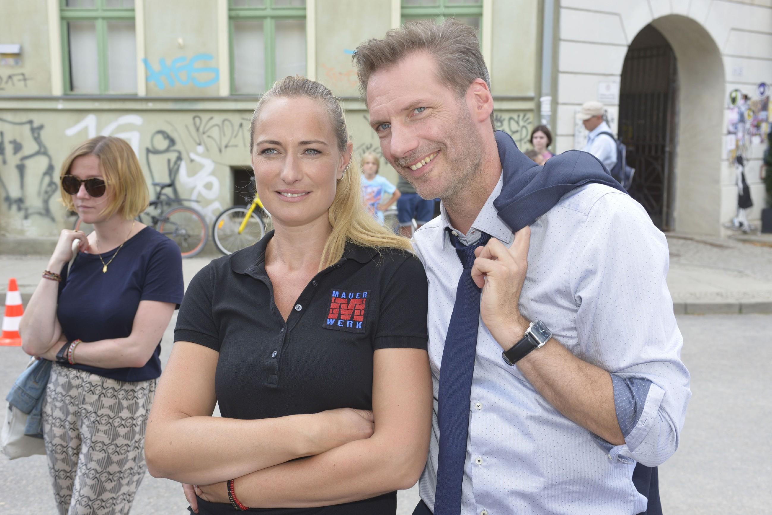 Maren (Eva Mona Rodekirchen) und Alexander (Clemens Löhr) freuen sich über den Erfolg des Kiezfestes. (Quelle: RTL / Rolf Baumgartner)