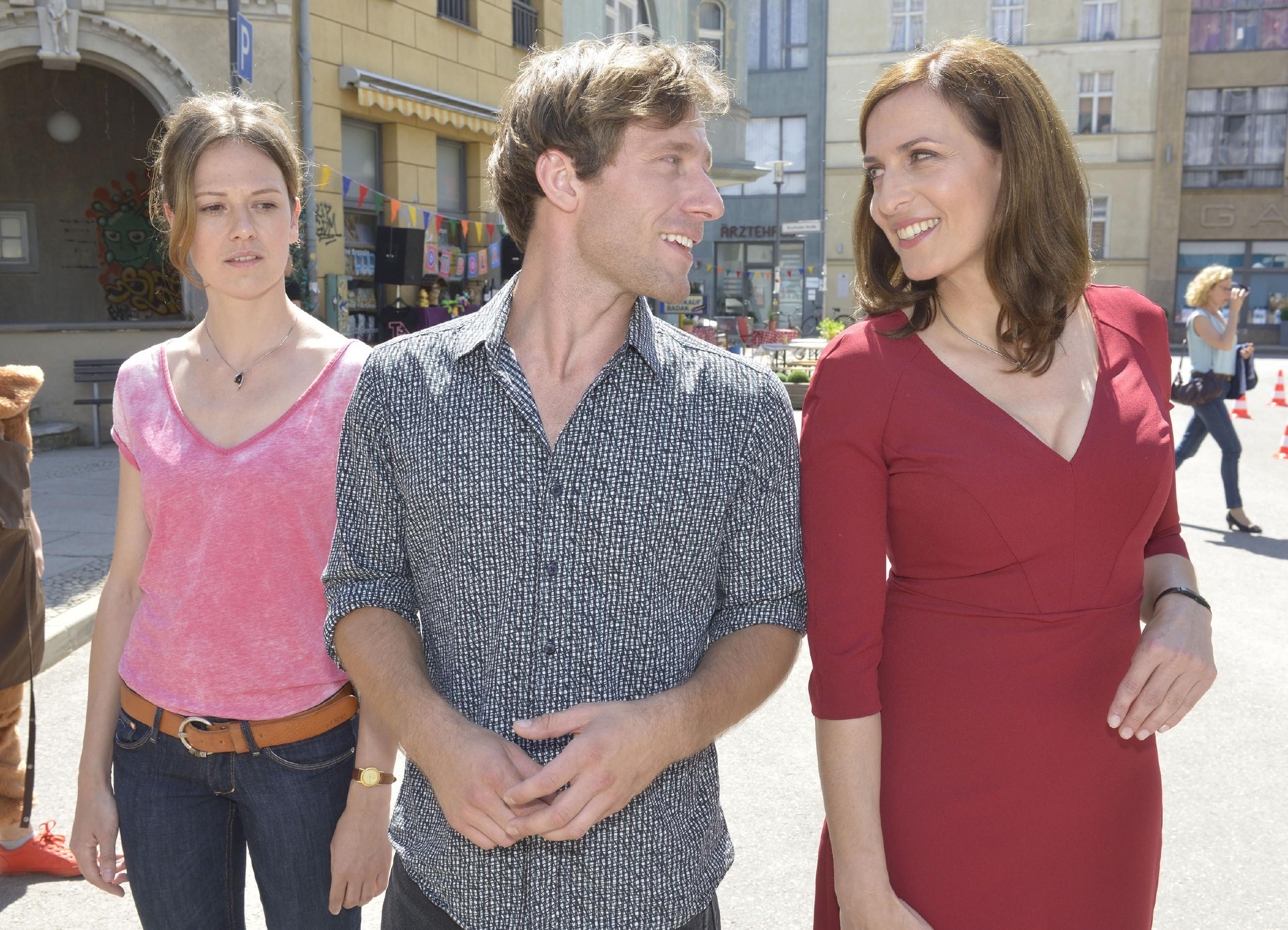 Sarah (Katja Sieder, l.) wird den Eindruck nicht los, dass zwischen Bommel (Merlin Leonhardt) und Katrin (Ulrike Frank) doch noch mehr füreinander empfinden. (Quelle: RTL / Rolf Baumgartner)