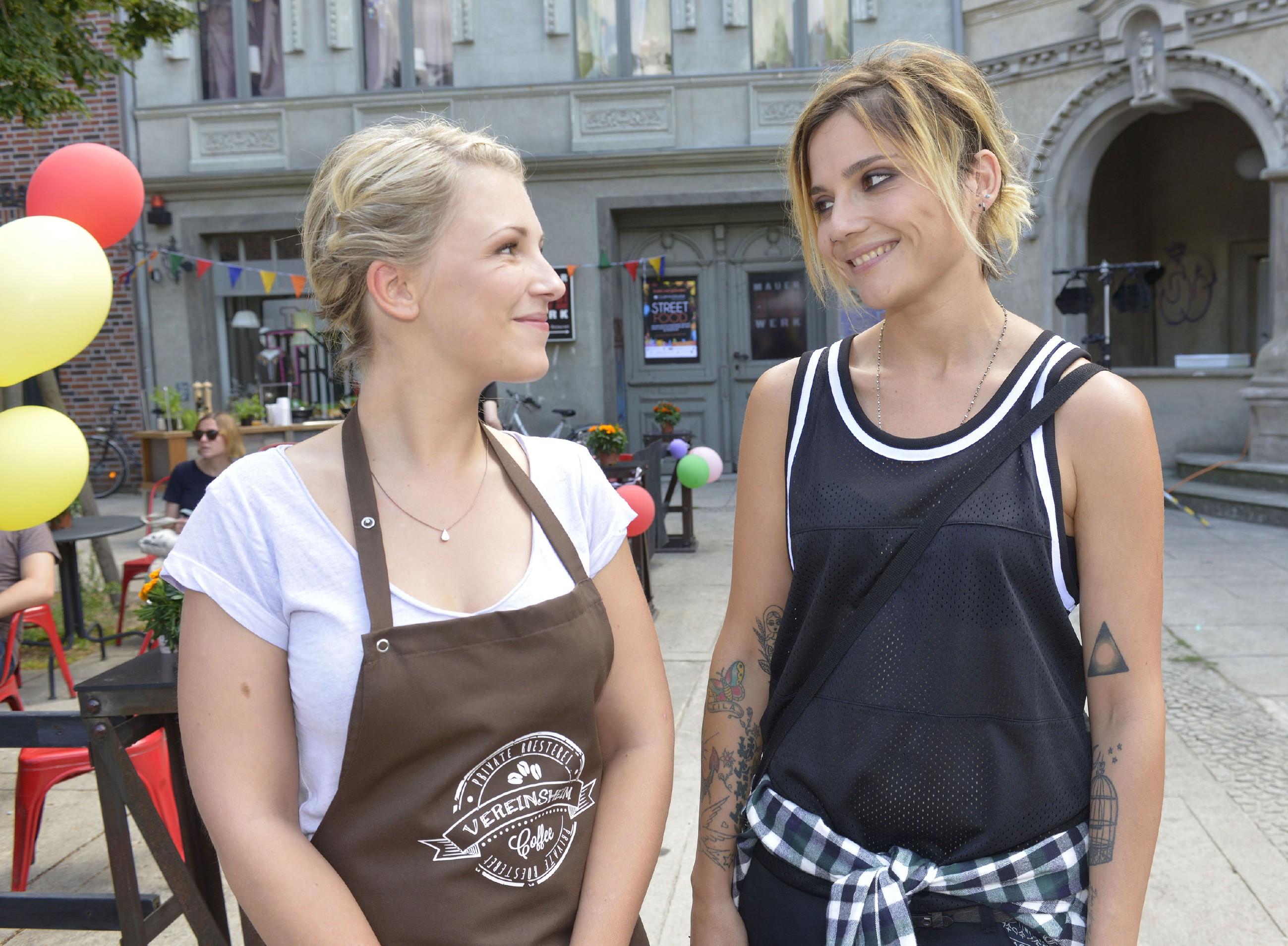Lilly (Iris Mareike Steen, l.) und Anni (Linda Marlen Runge) hoffen, dass das Kiezfest auch geschäftlich ein Erfolg wird. (Quelle: RTL / Rolf Baumgartner)