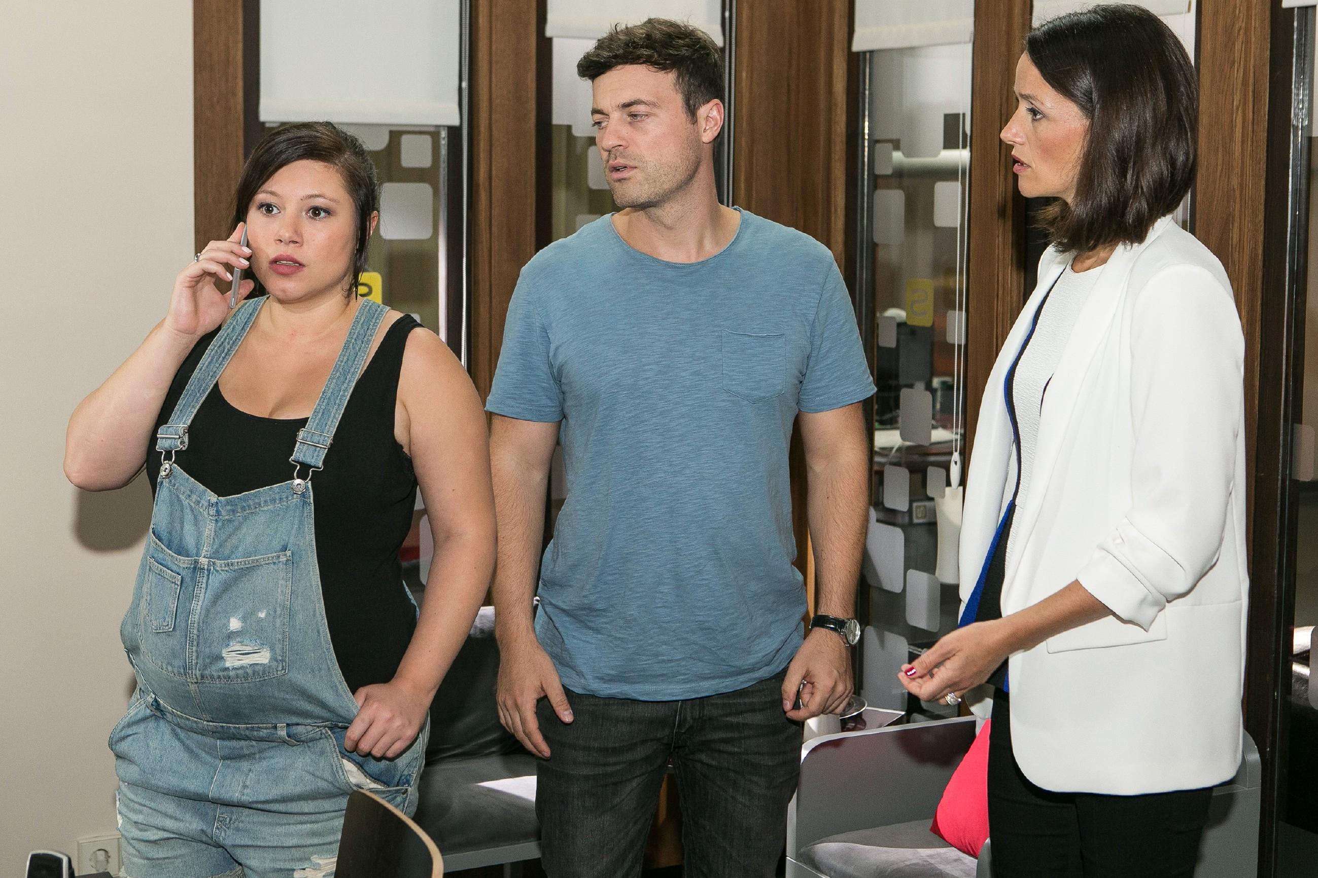 Vanessa (Julia Augustin, l.), Ben (Jörg Rohde), Jenny (Kaja Schmidt-Tychsen) bangen um Simones Leben. (Quelle: RTL / Kai Schulz)