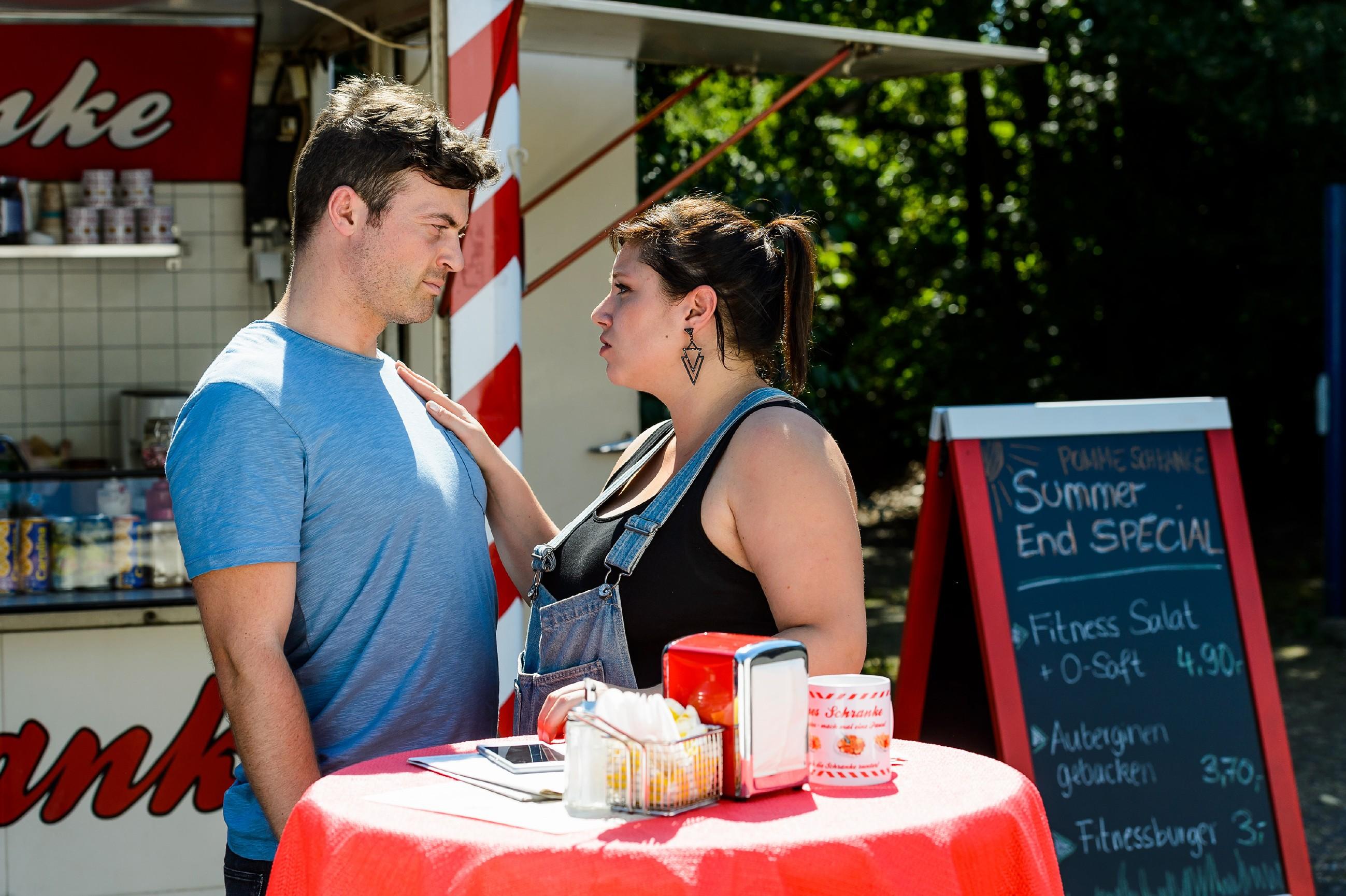 Vanessa (Julia Augustin) ist erleichtert, dass Ben (Jörg Rohde) den Waffendeal abgewickelt und unbeschadet überstanden hat. (Quelle: RTL / Willi Weber)