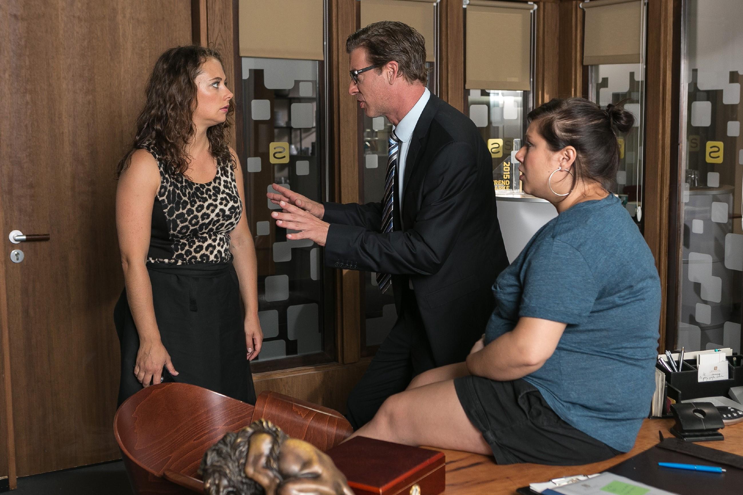Vanessa (Julia Augustin, r.) und Christoph (Lars Korten) erfahren von Carmen (Heike Warmuth), dass Ben Richard an der Grenze zurücklassen musste... (Quelle: RTL / Kai Schulz)