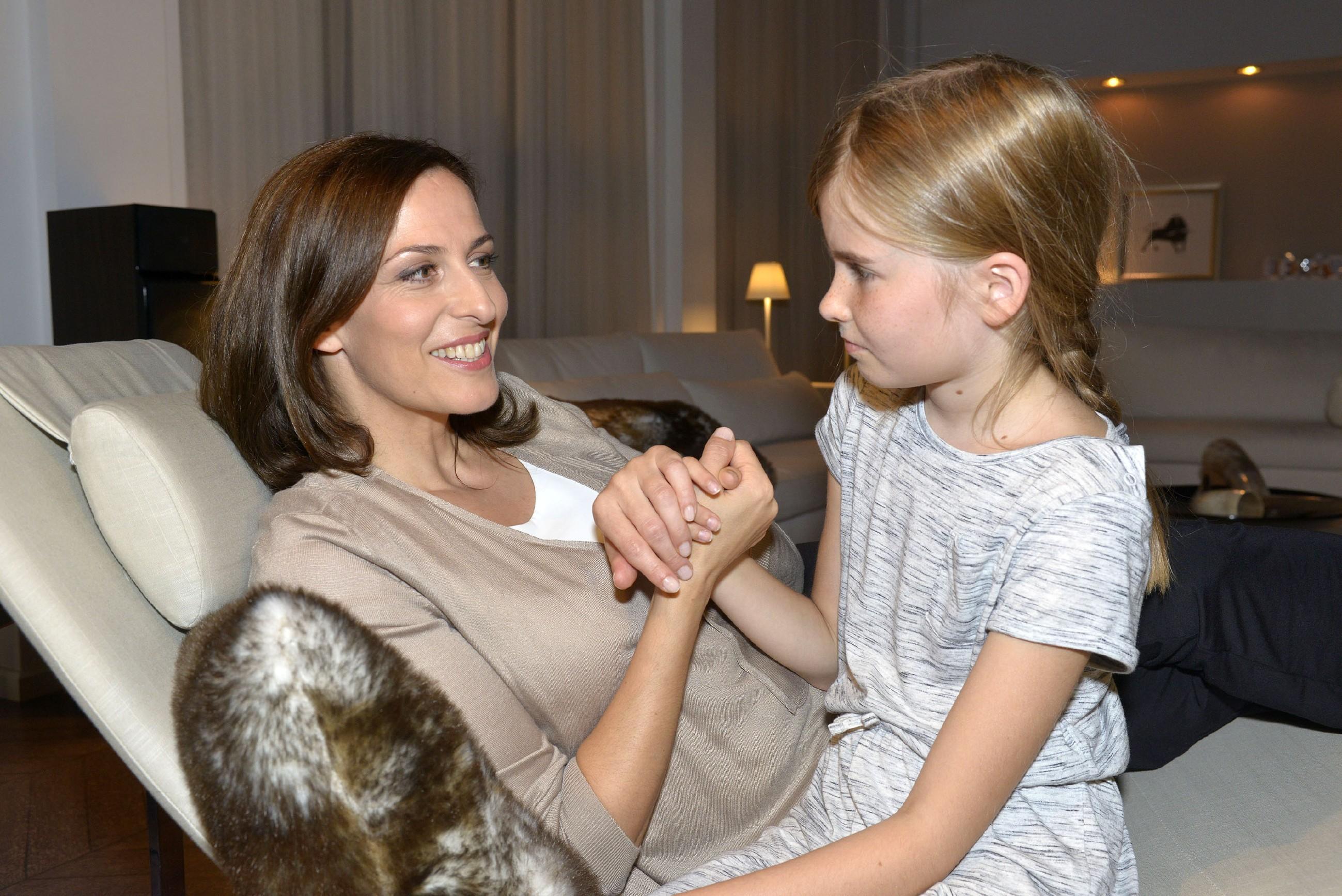 Katrin (Ulrike Frank, l.) erklärt Johanna, wie sie sich vor der Presse verhalten sollte. (Quelle: RTL / Rolf Baumgartner)