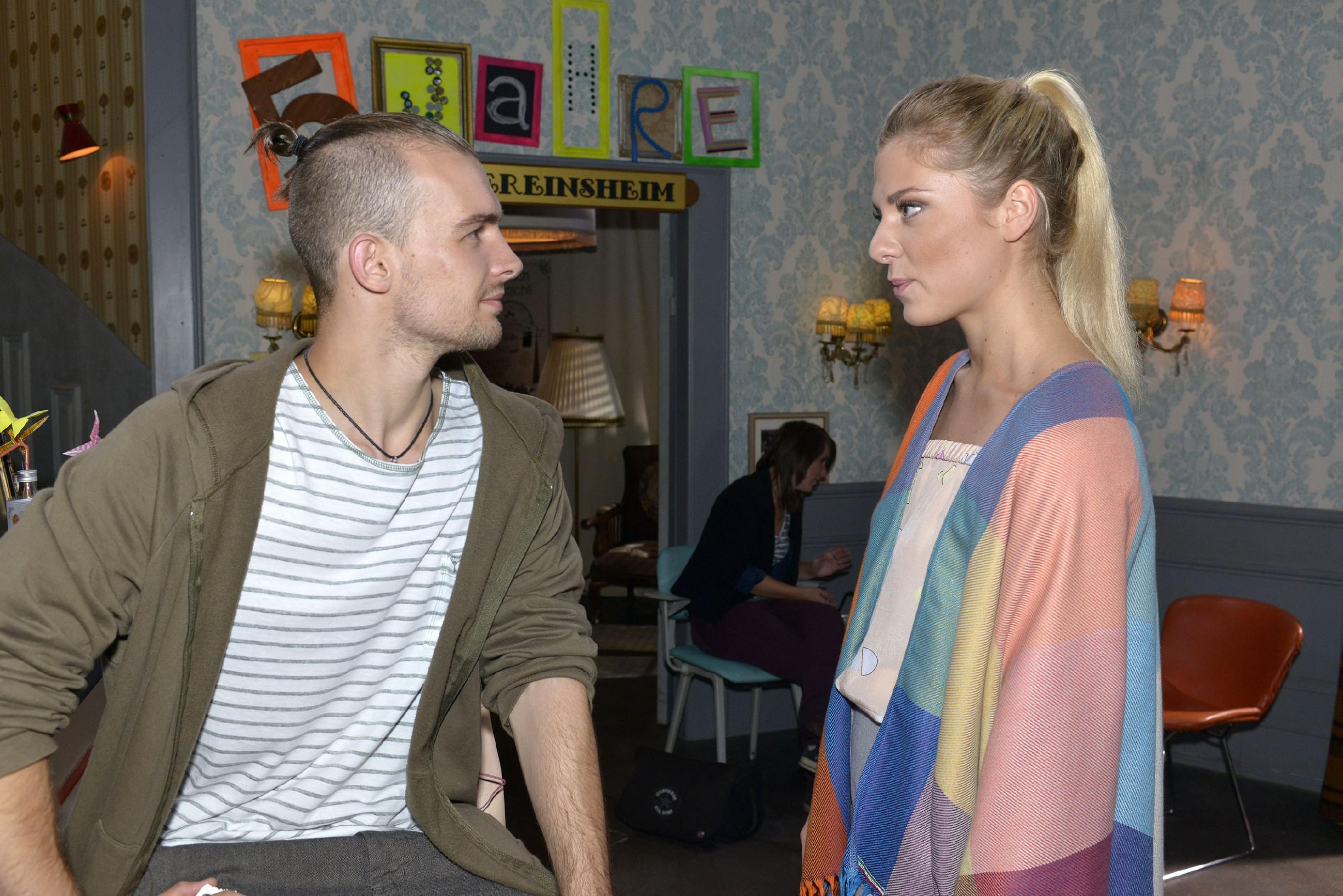 Chris (Eric Stehfest) schafft es nicht, Sunny (Valentina Pahde) seine Gefühle zu gestehen. (Quelle: RTL / Rolf Baumgartner)