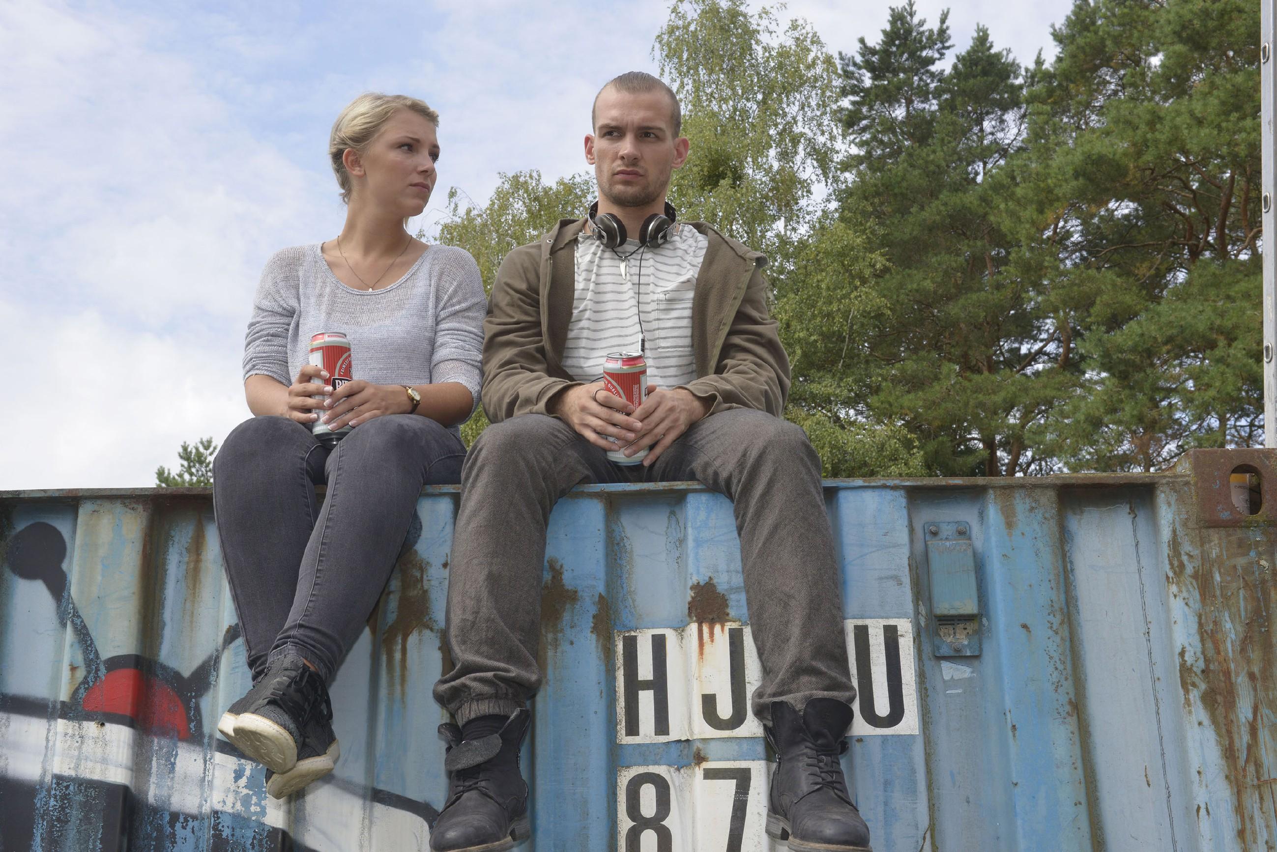 Chris (Eric Stehfest) gesteht Lilly (Iris Mareike Steen), dass er es nicht über sich bringt, Sunny seine Gefühle zu offenbaren. (Quelle: RTL / Rolf Baumgartner)