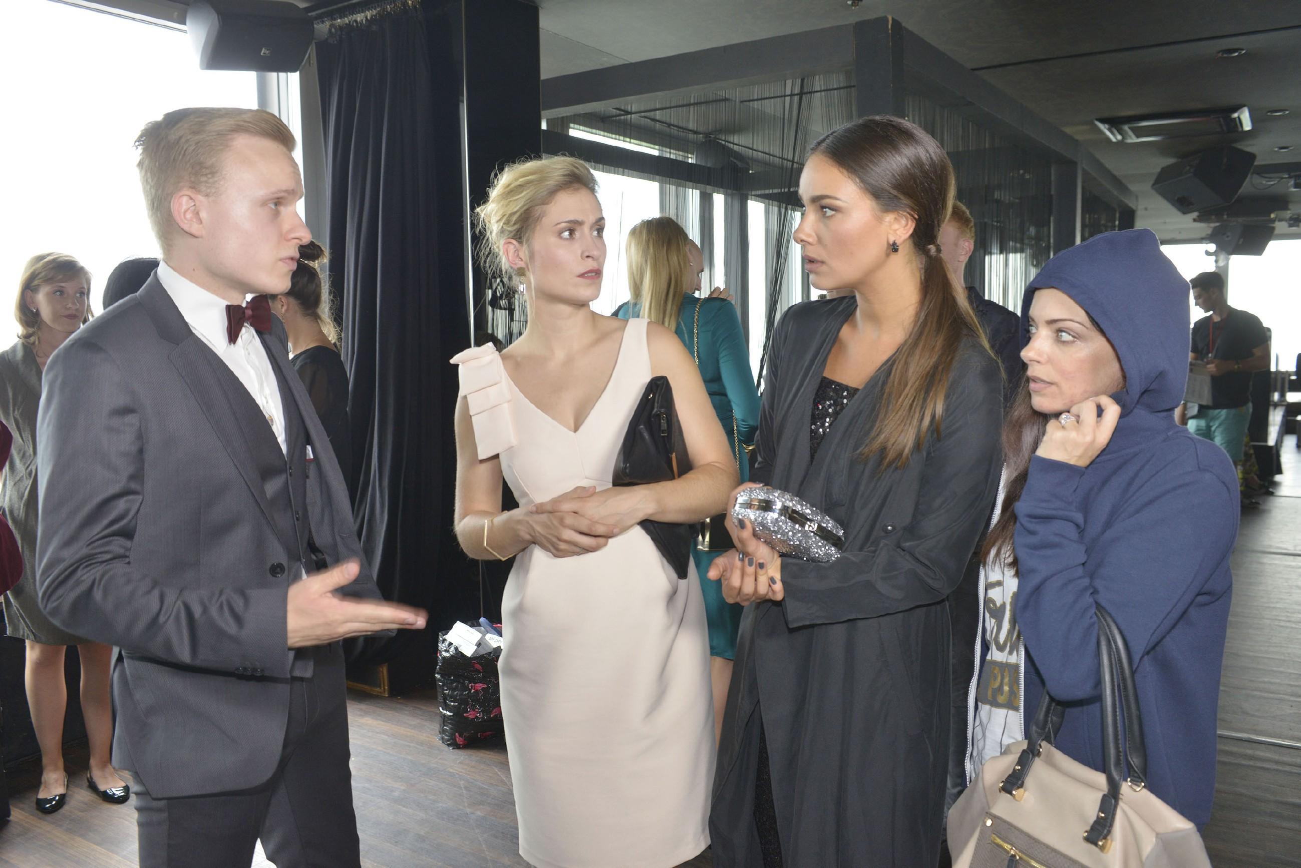 Emily (Anne Menden, r.) und Jasmin (Janina Uhse, 2.v.r.) sind geschockt, als ihnen im Beisein von Sophie (Lea Marlen Woitack) der Fashion-Award wieder aberkannt wird (l. Komparse). (Quelle: RTL / Rolf Baumgartner)