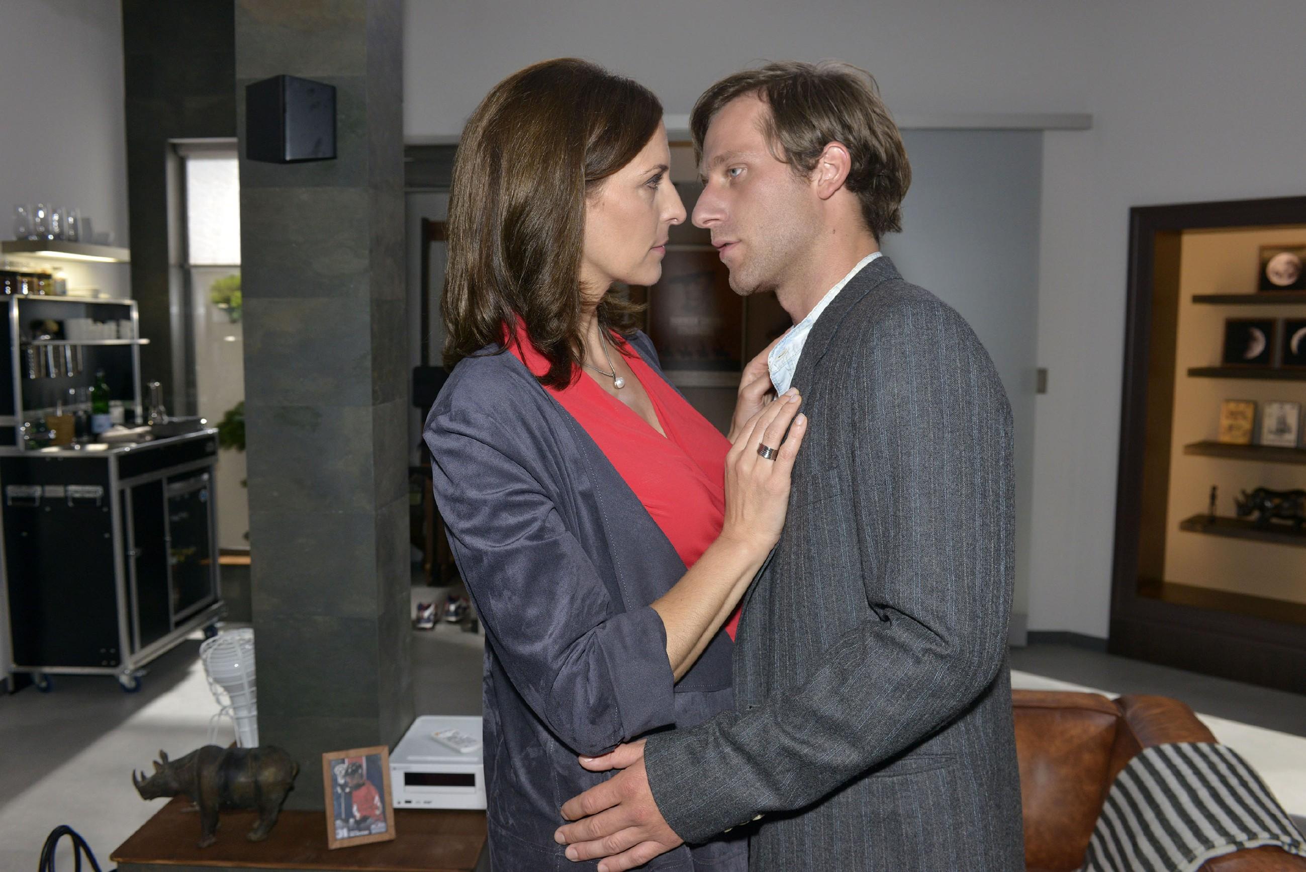 Bei Katrin (Ulrike Frank) und Bommel (Merlin Leonhardt) brechen sich die alten Gefühle Bahn: Werden sich die beiden ihrer Sehnsucht füreinander hingeben? (Quelle: RTL / Rolf Baumgartner)