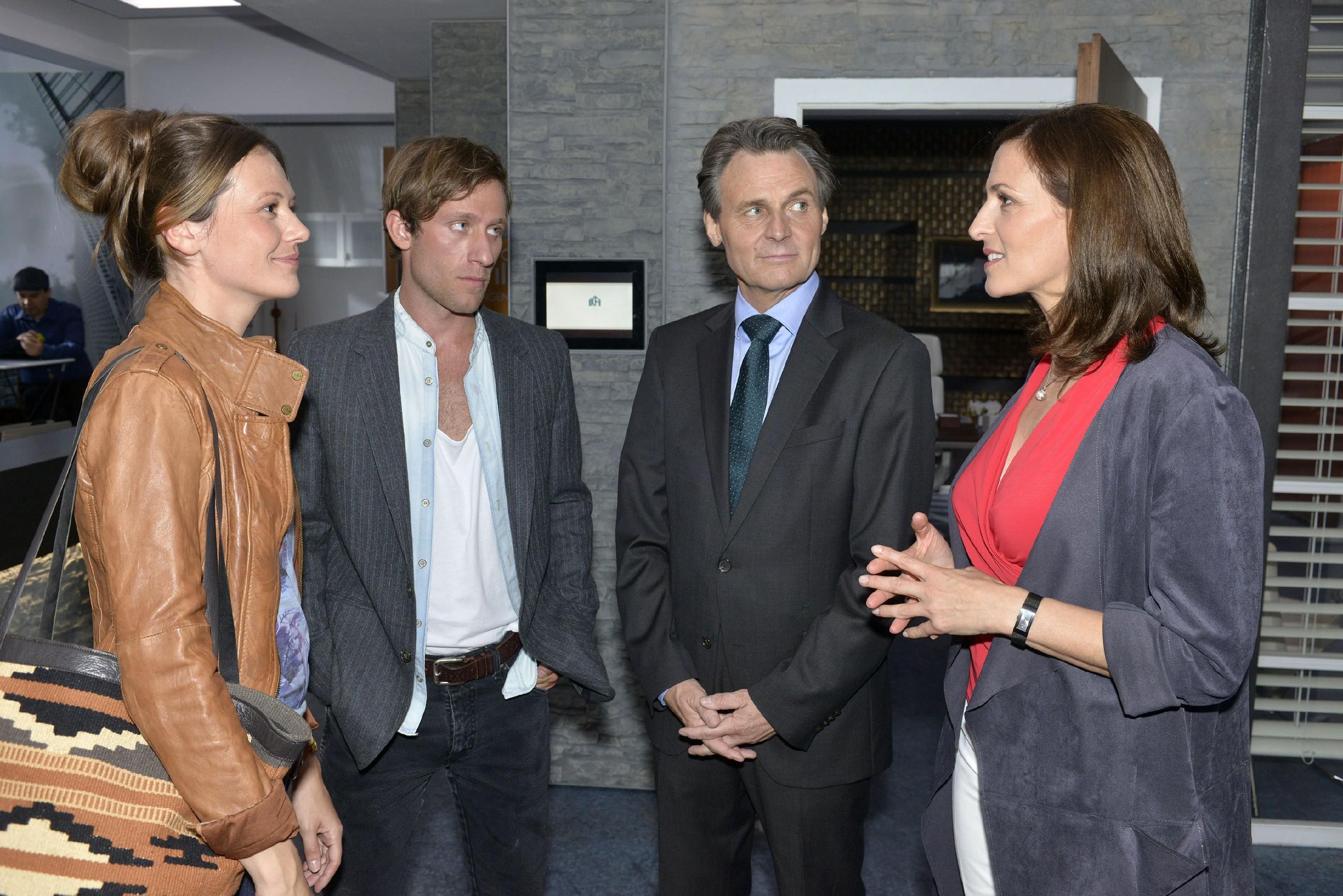 Katrin (Ulrike Frank, r.) wird von Gerner (Wolfgang Bahro, 2.v.r.) zu einem Geschäftstermin mit Sarah (Katja Sieder) und Bommel (Merlin Leonhardt) verdonnert. (Quelle: RTL / Rolf Baumgartner)