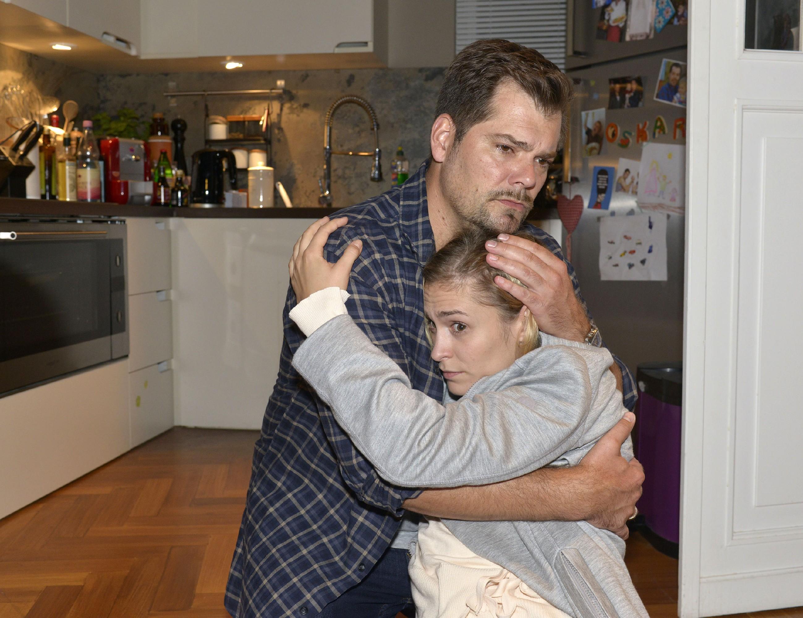 Leon (Daniel Fehlow) versucht die völlig verzweifelte Sophie (Lea Marlen Woitack) aufzufangen. (Quelle: RTL / Rolf Baumgartner)