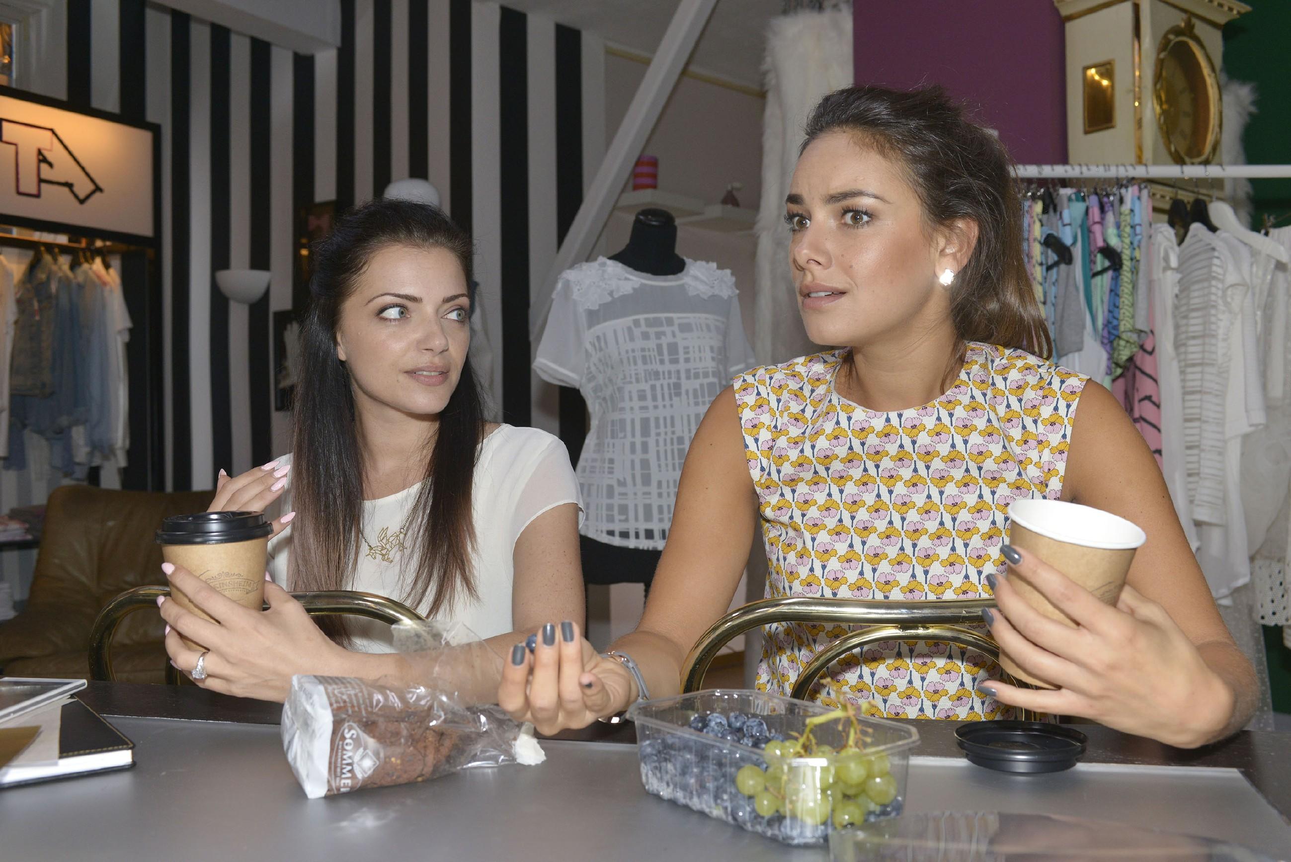 Emily (Anne Menden, l.) und Jasmin (Janina Uhse) wollen sich nach dem aberkannten Sieg beim Fashion-Award nicht unterkriegen lassen. (Quelle: RTL / Rolf Baumgartner)
