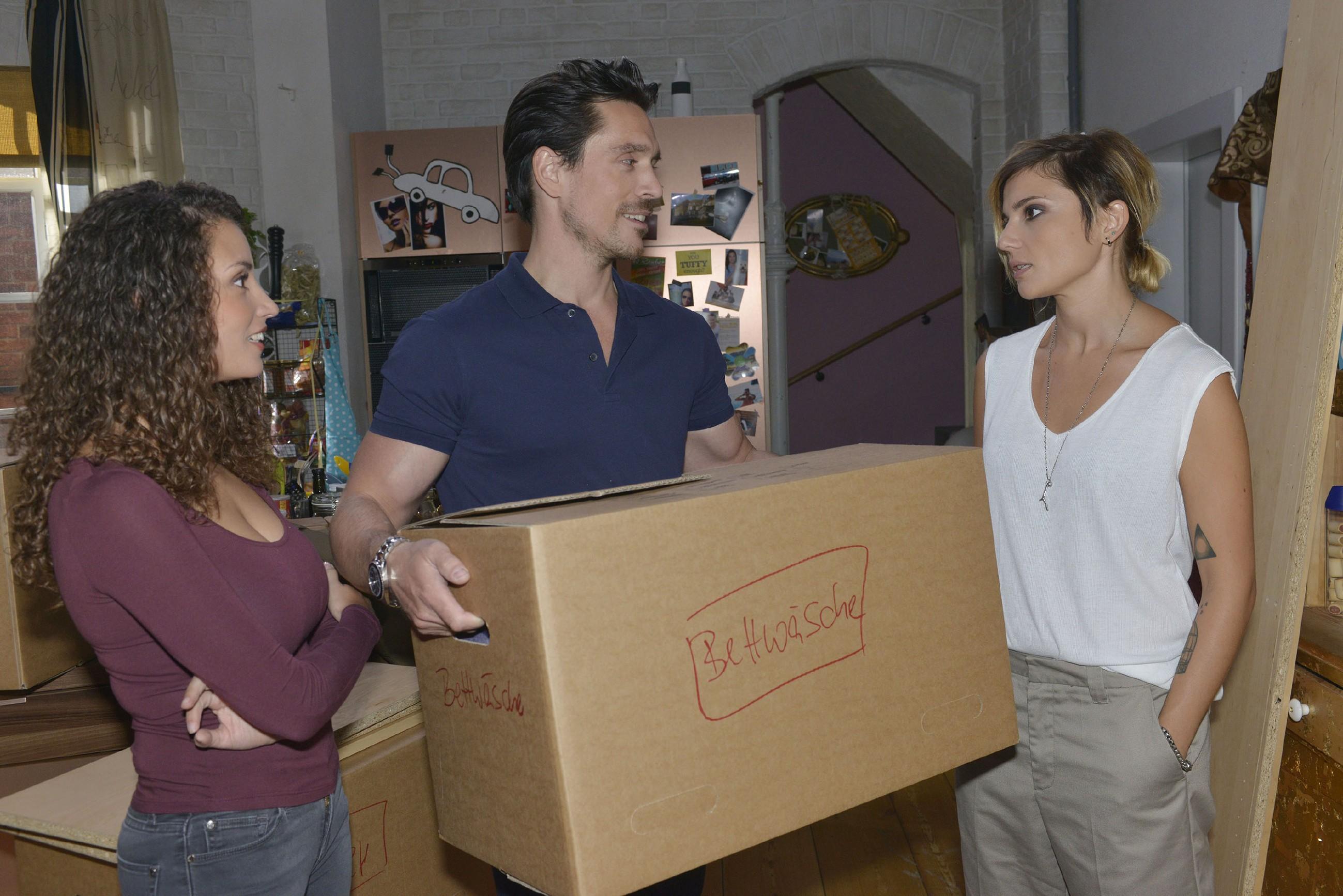 Ayla (Nadine Menz, l.) ist sehr froh, dass Anni (Linda Marlen Runge) endlich mit David (Philipp Christopher) Frieden schließt. (Quelle: RTL / Rolf Baumgartner)