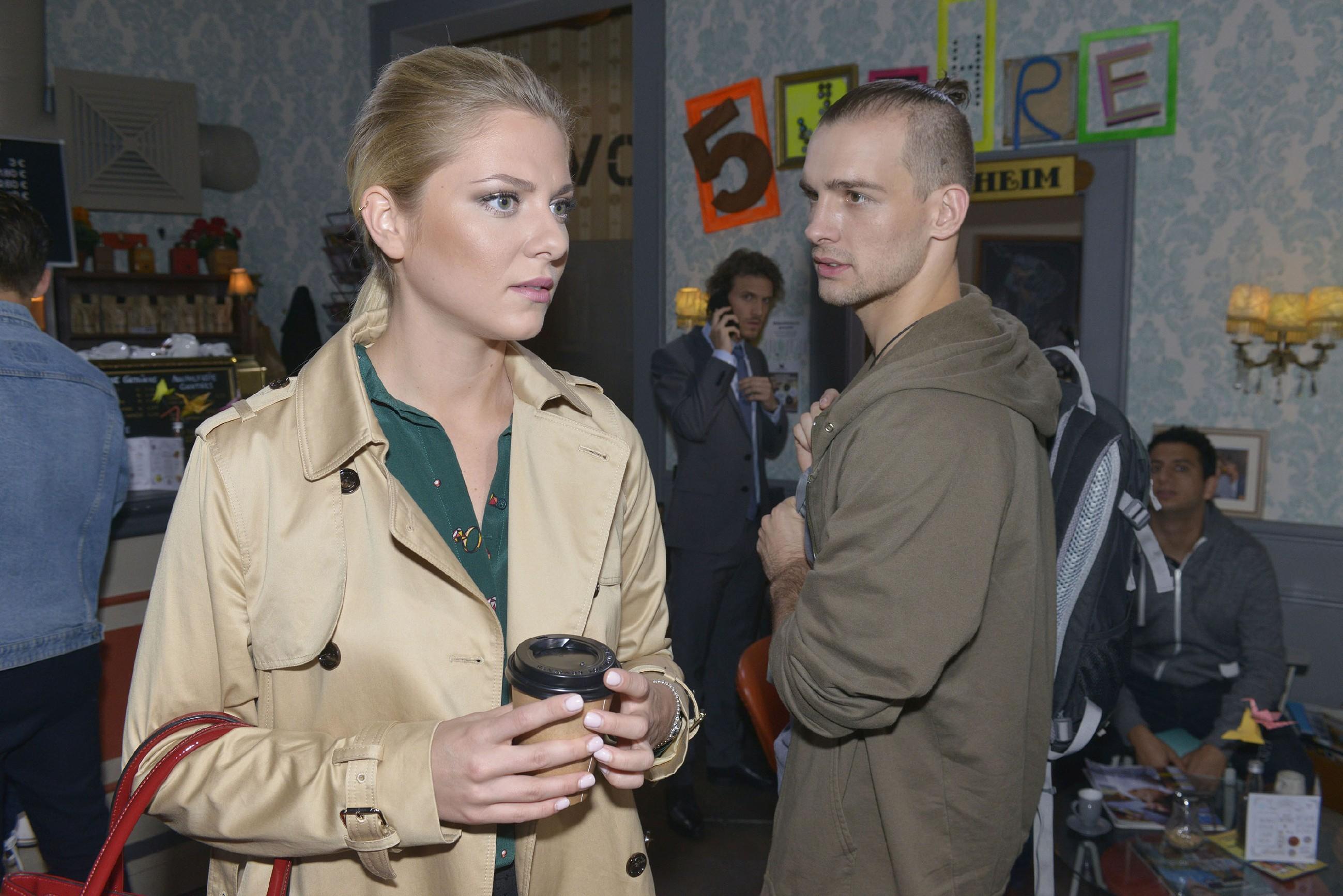 Sunny (Valentina Pahde) und Chris (Eric Stehfest) leiden gleichermaßen unter ihrer Funkstille. Während Sunny keine Ahnung hat, dass Chris sich per SMS bei ihr entschuldigt hat, glaubt Chris weiterhin, dass Sunny kein Interesse an ihrer Aussprache hat. (Quelle: RTL / Rolf Baumgartner)