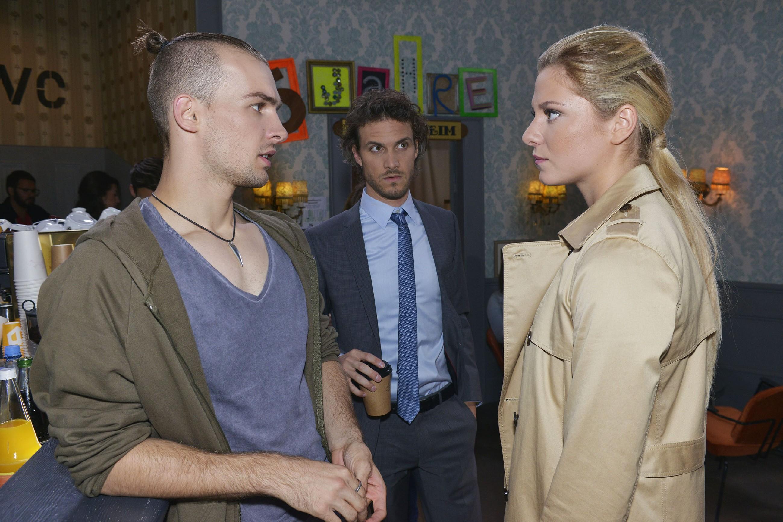Sunny (Valentina Pahde) findet Chris' (Eric Stehfest, l.) Verhalten in Bezug auf seinen Bruder Felix (Thaddäus Meilinger) paranoid. (Quelle: RTL / Rolf Baumgartner)