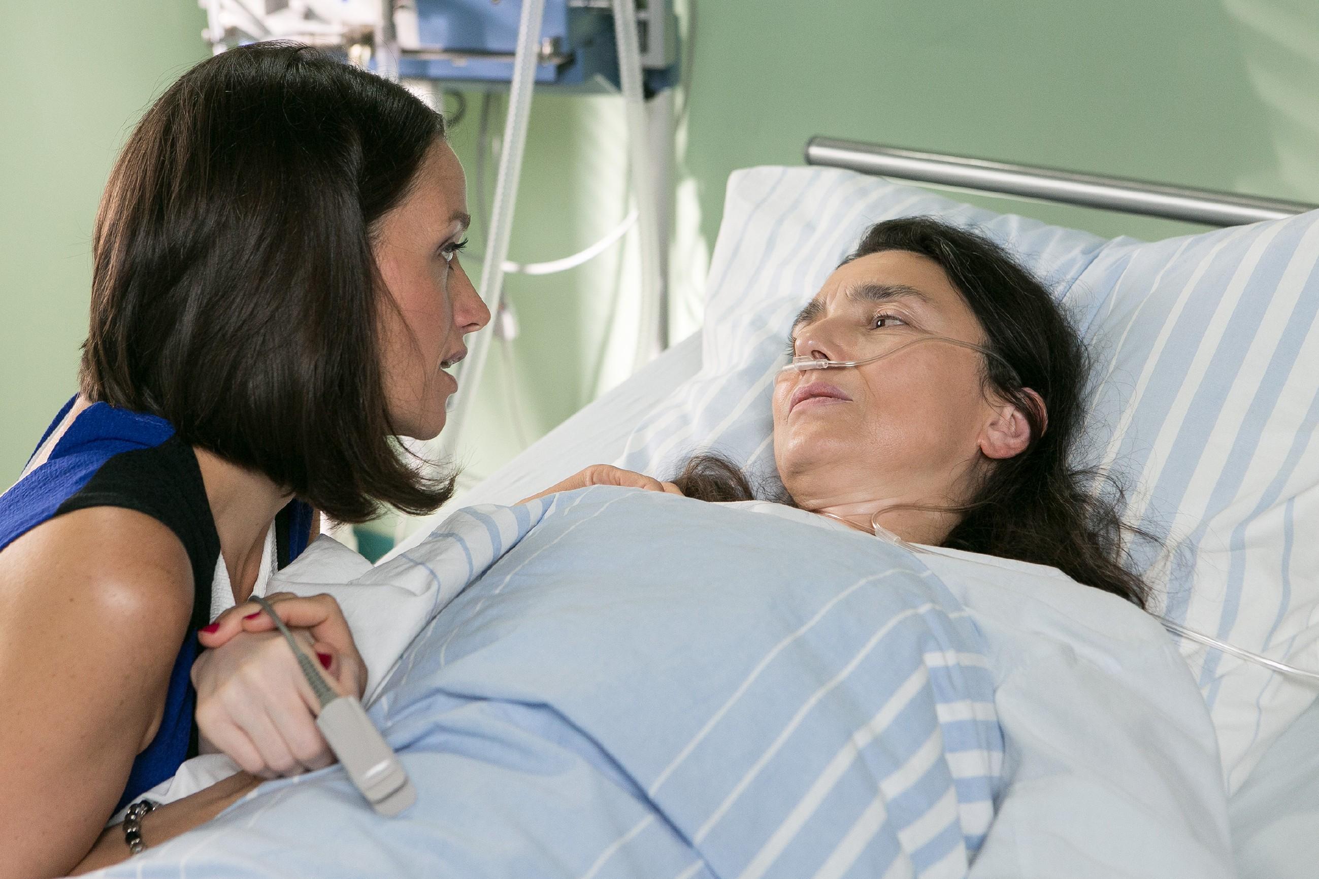 Wie Jenny (Kaja Schmidt-Tychsen, l.) ist Simone (Tatjana Clasing) erleichtert, endlich wieder im Kreis ihrer Familie zu sein. Doch dann trübt ihre Frage nach Richard die Freude... (Quelle: RTL / Kai Schulz)