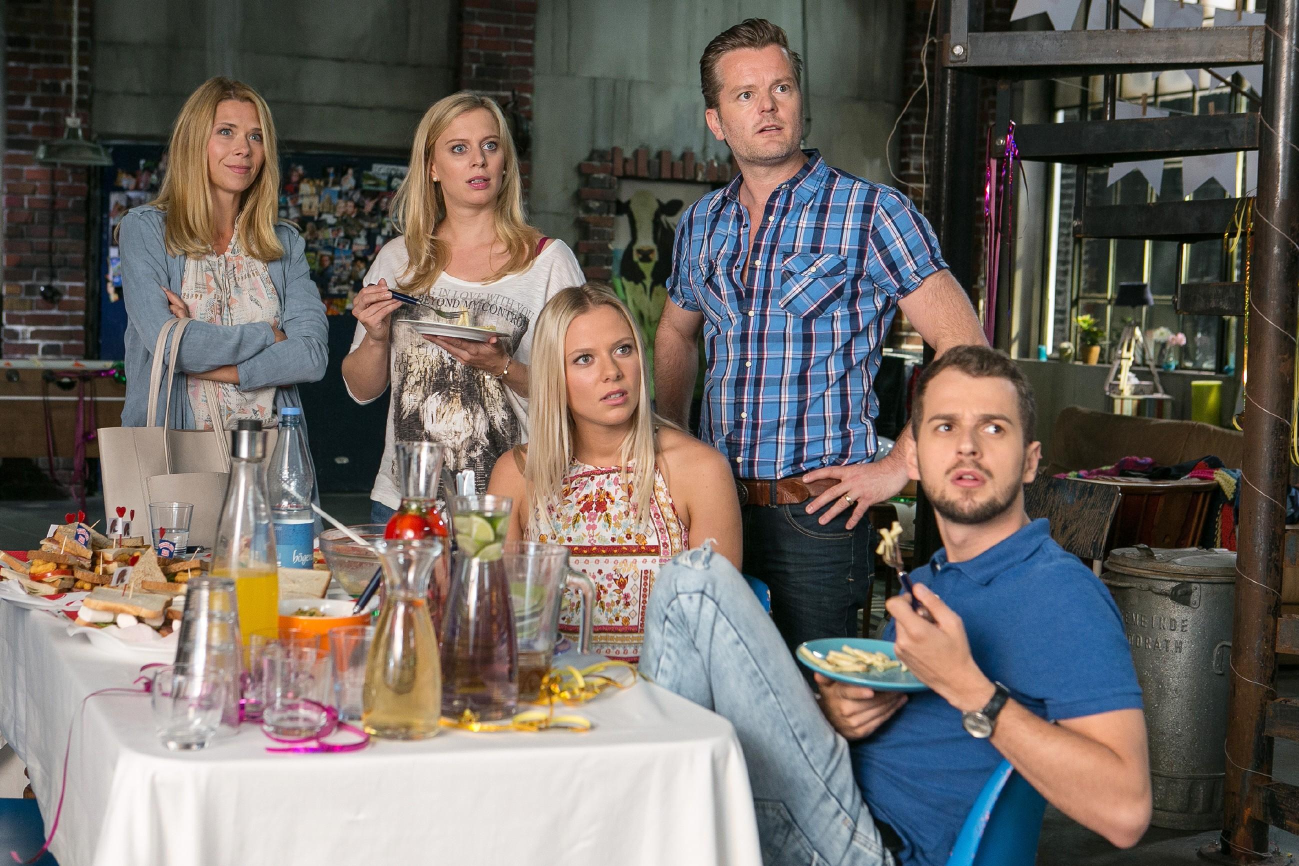 V.l.: Diana (Tanja Szewczenko), Lena (Juliette Greco), Marie (Cheyenne Pahde), Ingo (André Dietz) und Tobi (Michael Jassin) sind fassungslos, als Deniz ihnen mitteilt, dass er mit Jenny zusammen ist. (Quelle: RTL / Kai Schulz)