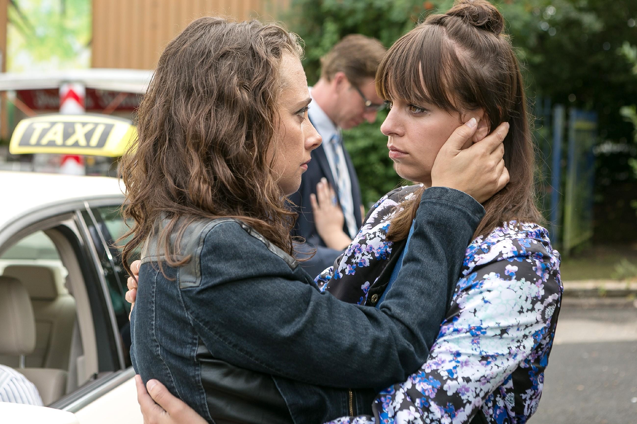 Michelle (Franziska Benz, r.) verabschiedet sich besorgt von Carmen (Heike Warmuth), die sich entschlossen hat, Christoph nach Russland zu begleiten. (Quelle: RTL / Kai Schulz)