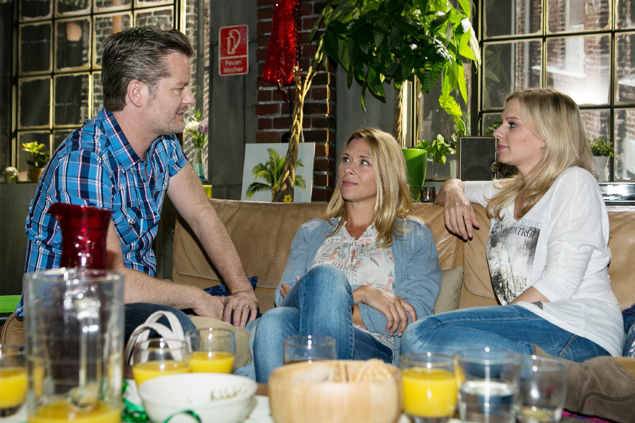 Ingo (André Dietz), Diana (Tanja Szewczenko, M.) und Lena (Juliette Greco) rätseln, ob da zwischen Deniz und Jenny was läuft. (Quelle: RTL / Kai Schulz)