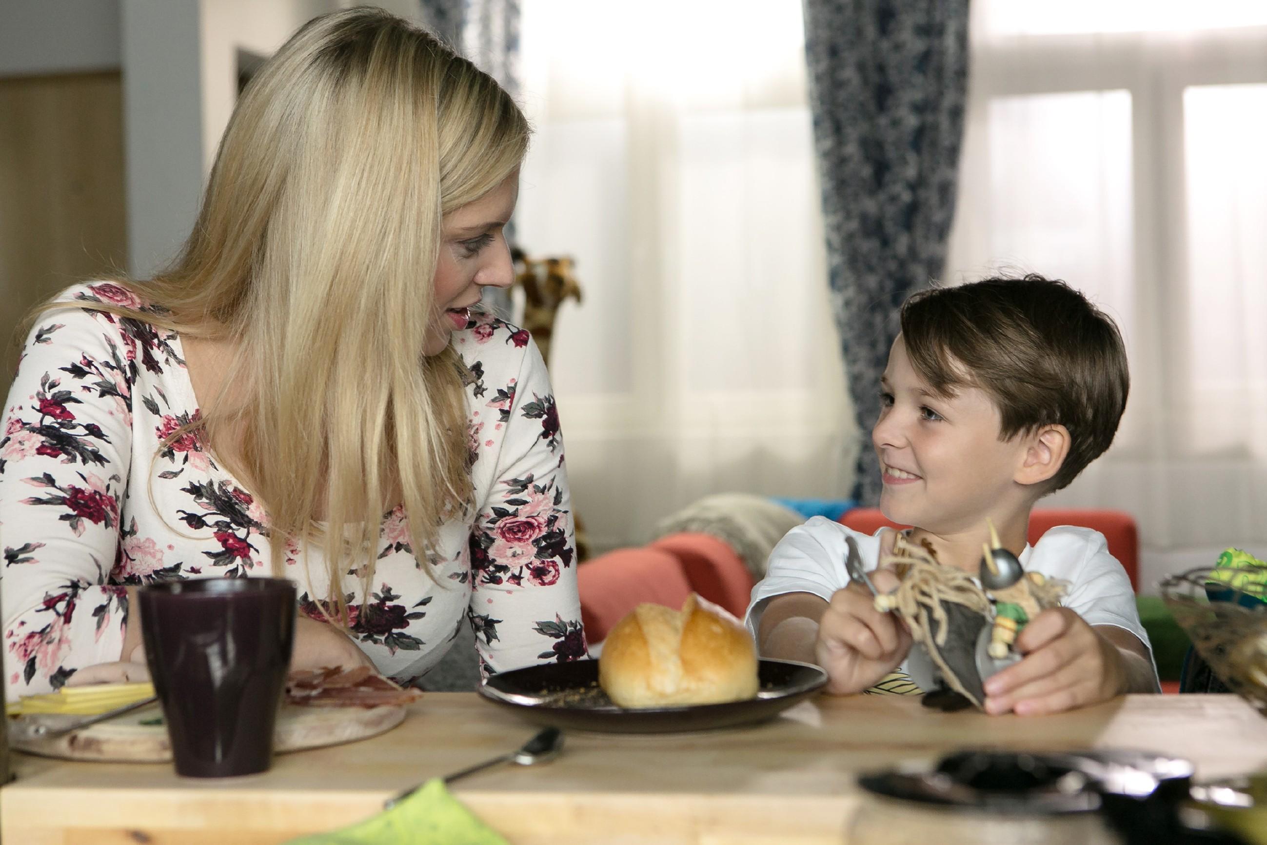 Lena (Juliette Greco) schafft es nicht, ihre Beziehung mit Patrick vor Alexander (Ralf-Maximilian Prack) offiziell zu machen. (Quelle: RTL / Kai Schulz)