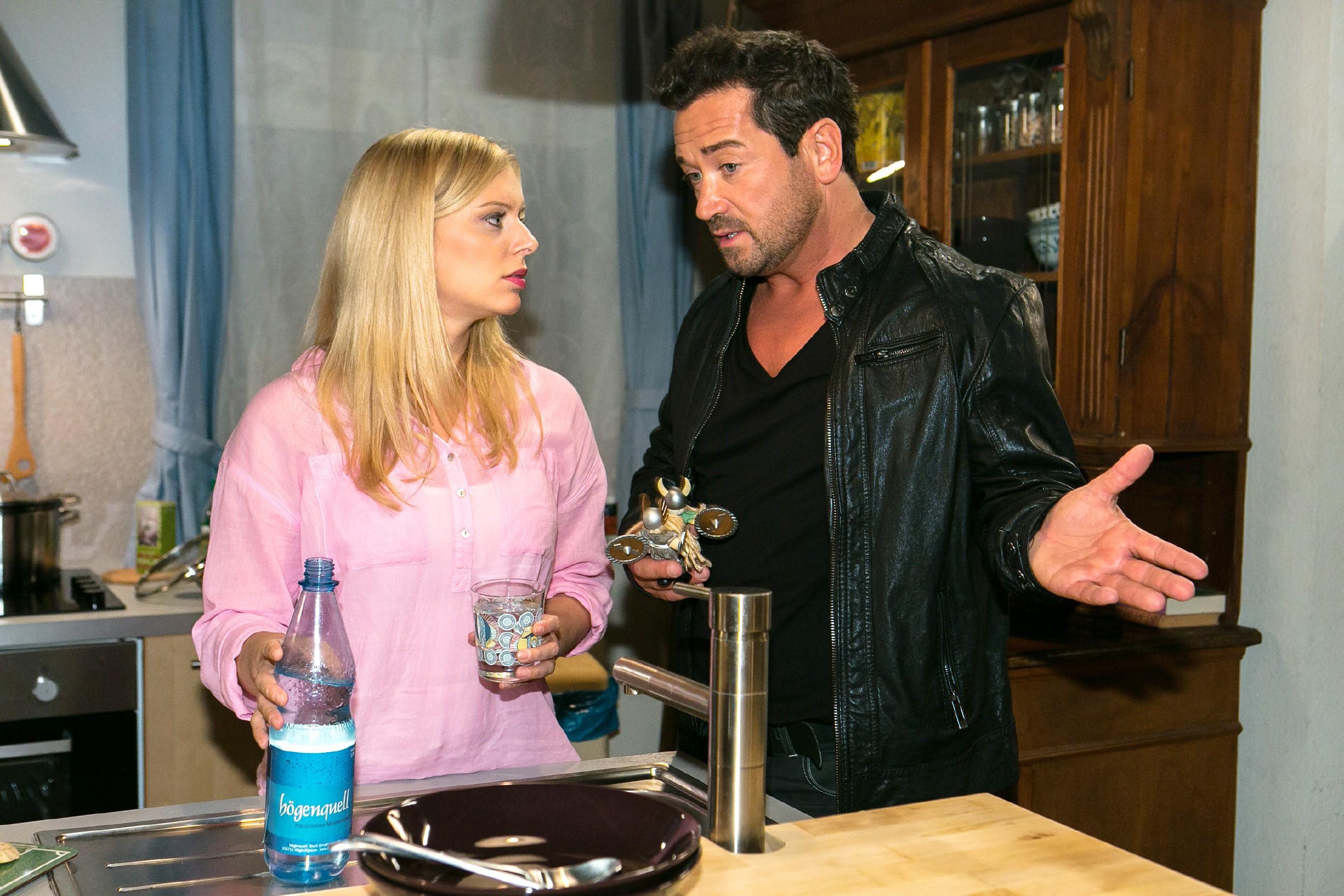 Im Gespräch mit Marian (Sam Eisenstein) nimmt Lena (Juliette Greco) sich vor, mit Alexander über ihre neue Beziehung zu sprechen. (Quelle: RTL / Kai Schulz)