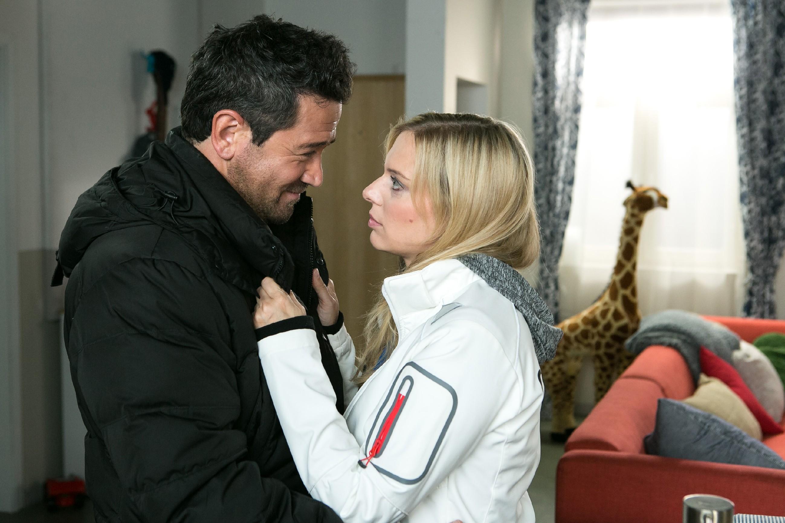 Marian (Sam Eisenstein) und Lena (Juliette Greco) bereiten sich vorfreudig auf ein besonderes Date vor - ihr erstes nach ihrer Versöhnung. (Quelle: RTL / Kai Schulz)