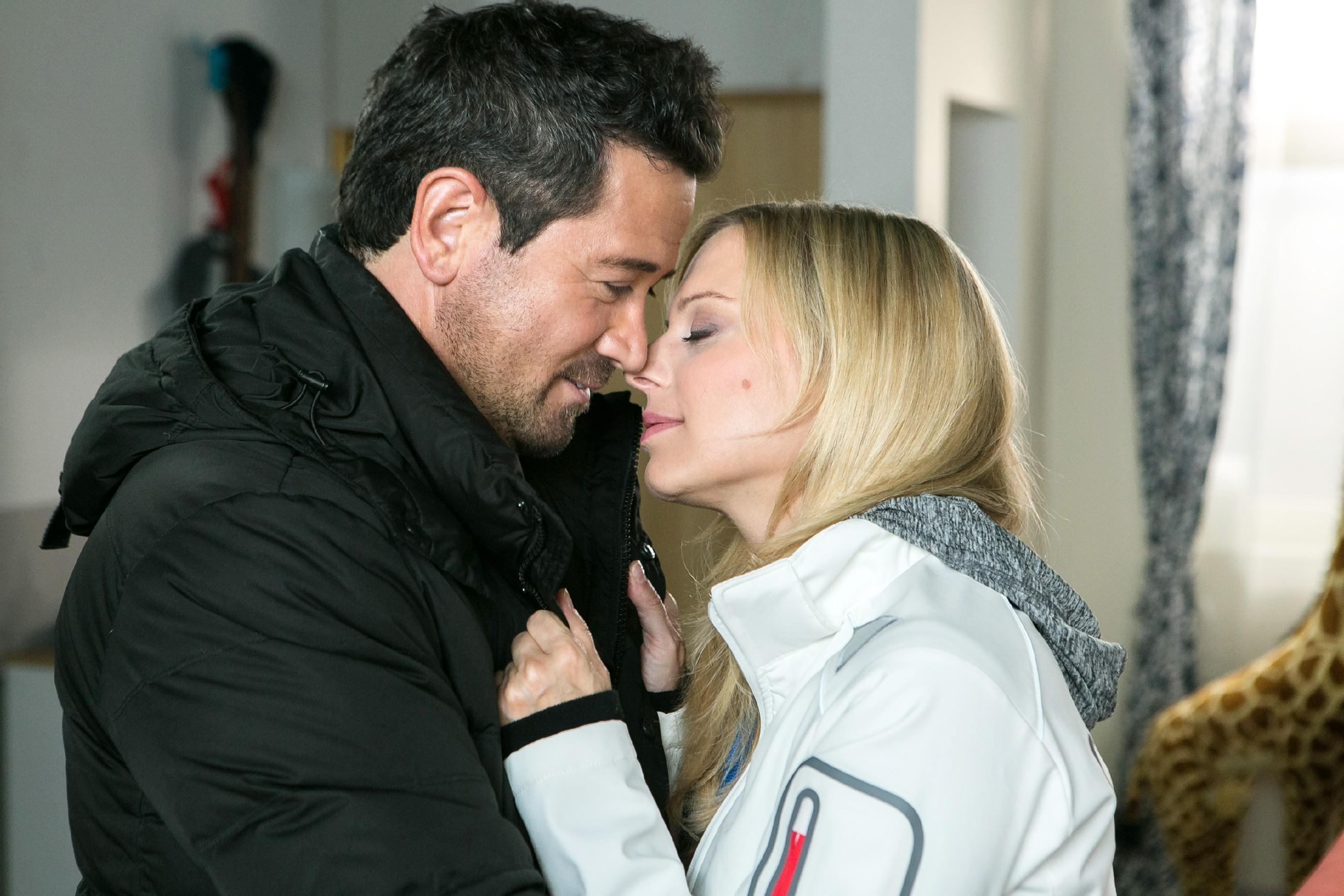 Marian (Sam Eisenstein) und Lena (Juliette Greco) wollen ihre Versöhnung gebührend feiern. (Quelle: RTL / Kai Schulz)