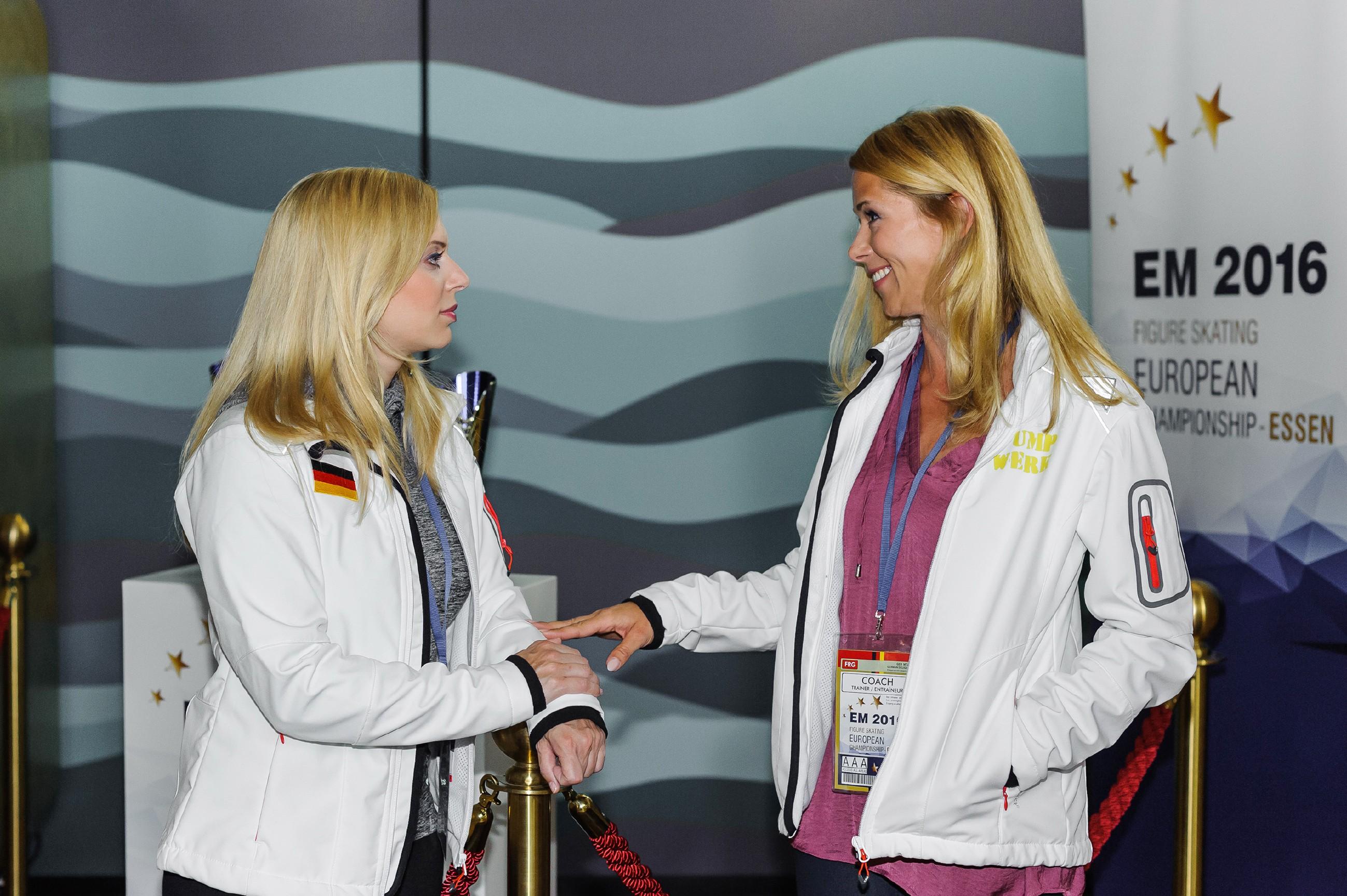 Lena (Juliette Greco, l.) erzählt Diana (Tanja Szewczenko) von ihrer Vermutung, dass Marian heimlich einen Heiratsantrag vorbereitet. (Quelle: RTL / Julia Feldhagen)