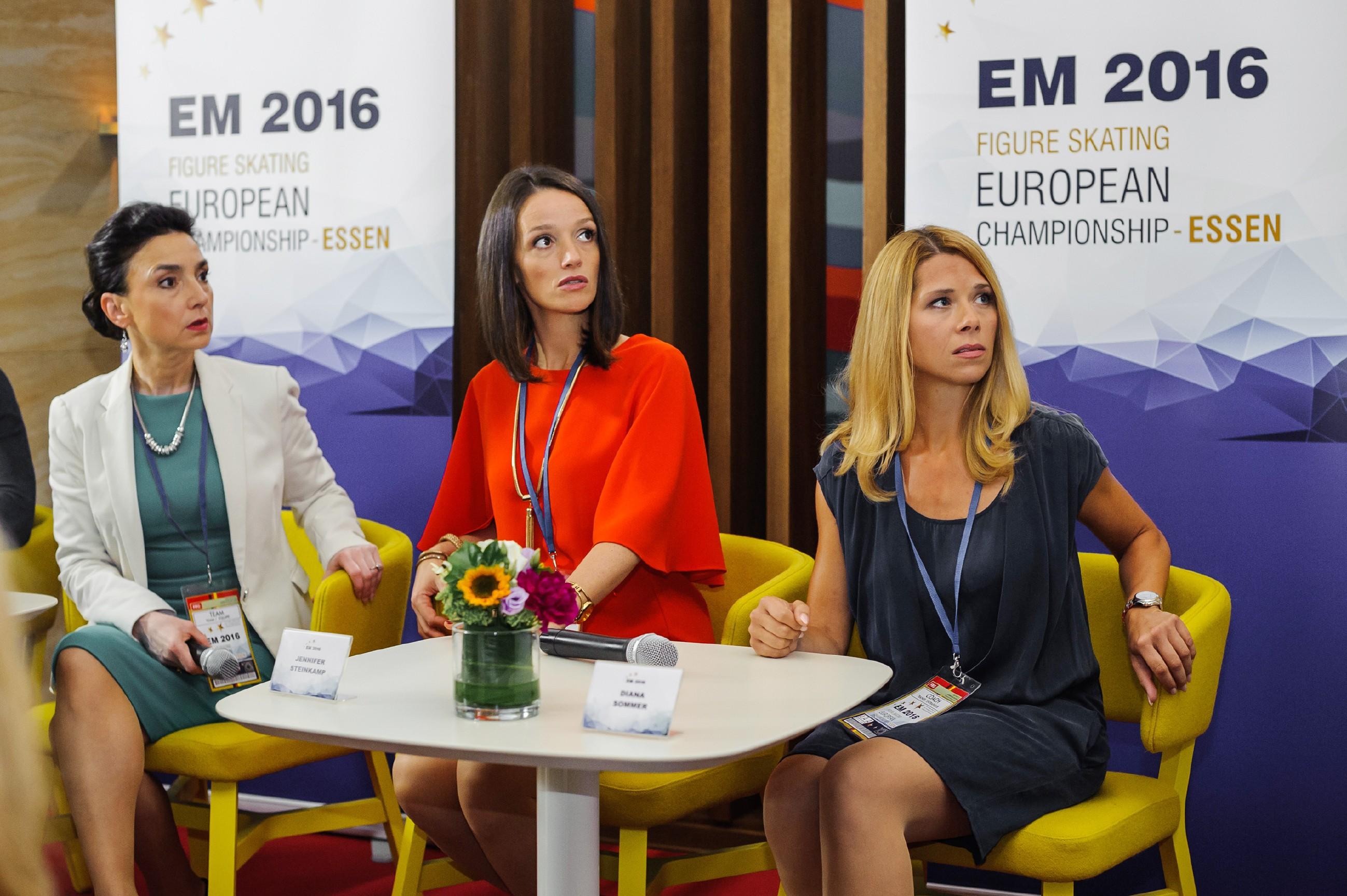 Simone (Tatjana Clasing, l.), Jenny (Kaja Schmidt-Tychsen, M.) und Diana (Tanja Szewczenko) sind nach Ingos öffentlichem Liebesgeständnis sprachlos. (Quelle: RTL / Julia Feldhagen)