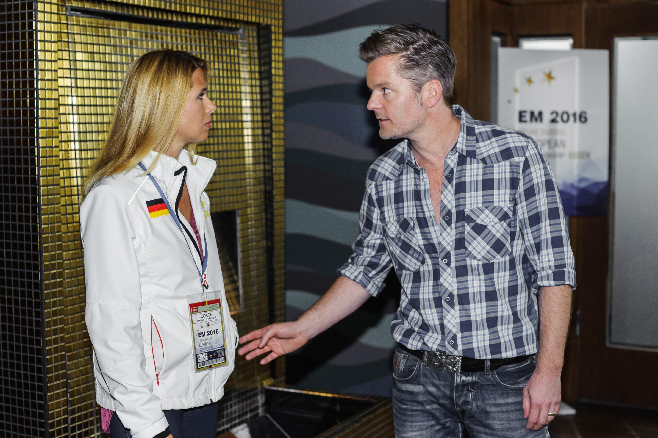 Diana (Tanja Szewczenko) macht Ingo (André Dietz) aus Angst vor einer weiteren Verletzung klar, dass sie beide nur Freunde sind. (Quelle: RTL / Julia Feldhagen)
