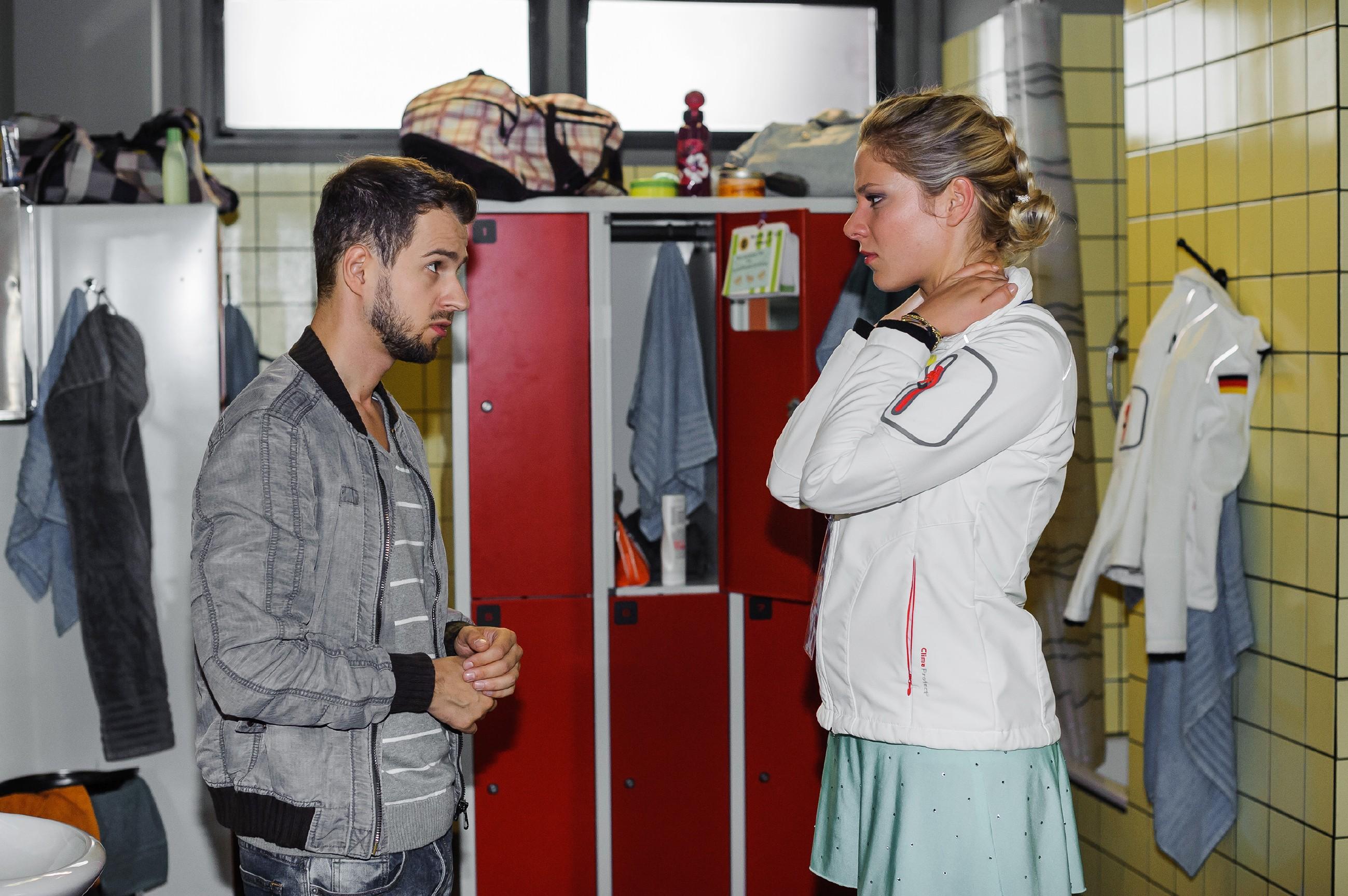 Als Tobi (Michael Jassin) von seinem Treffen mit seiner Ex-Freundin zurückkehrt, hat er Neuigkeiten, die Marie (Cheyenne Pahde) aus der Bahn werfen... (Quelle: RTL / Julia Feldhagen)