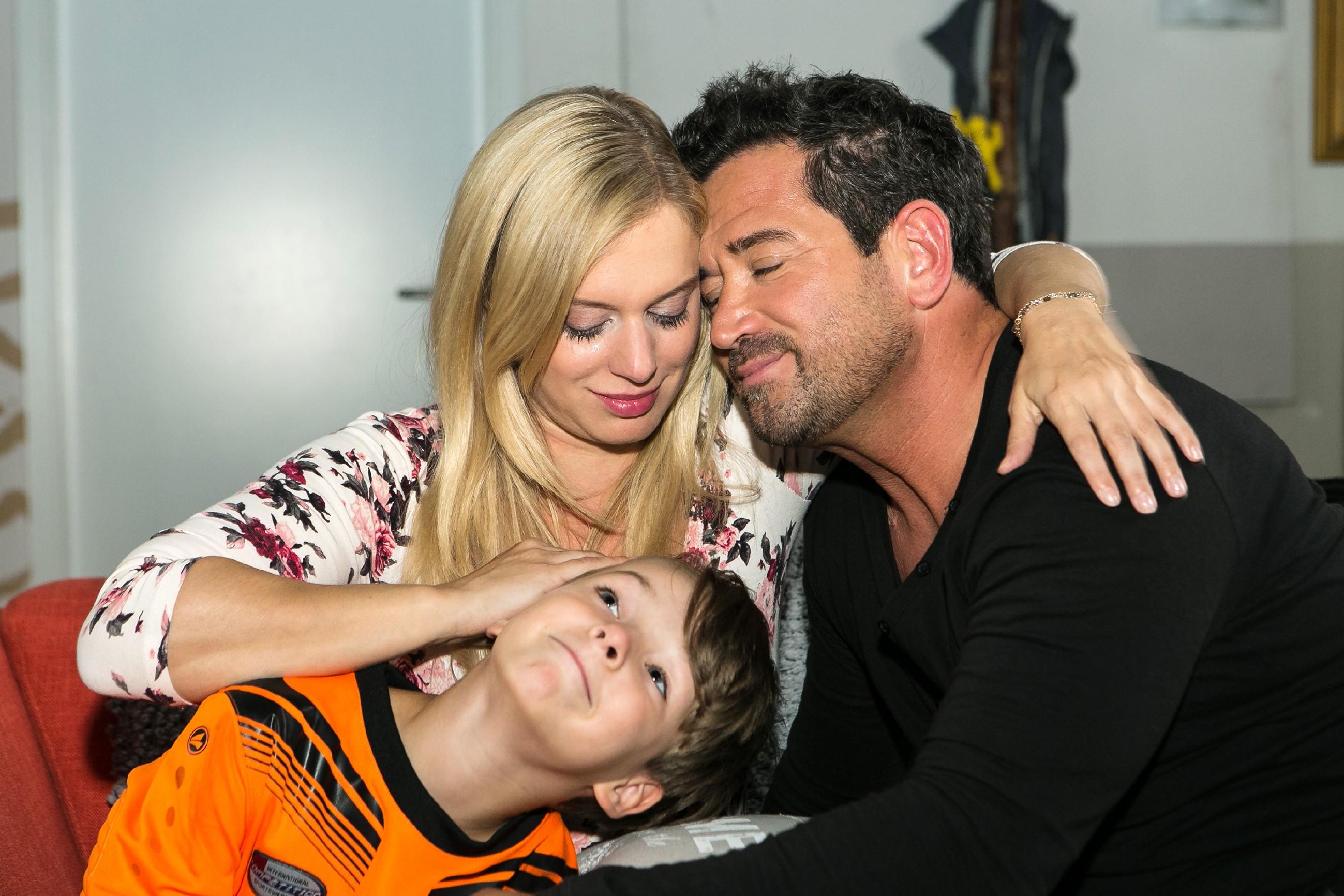 Lena (Juliette Greco), Marian (Sam Eisenstein, r.) und Alexander (Ralf-Maximilian Prack) sind überglücklich, endlich wieder eine richtige Familie zu sein. (Quelle: RTL / Kai Schulz)